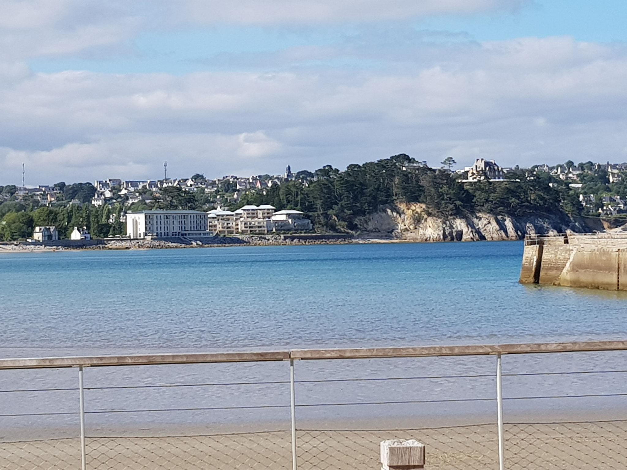 Au loin l'Hôtel de la mer