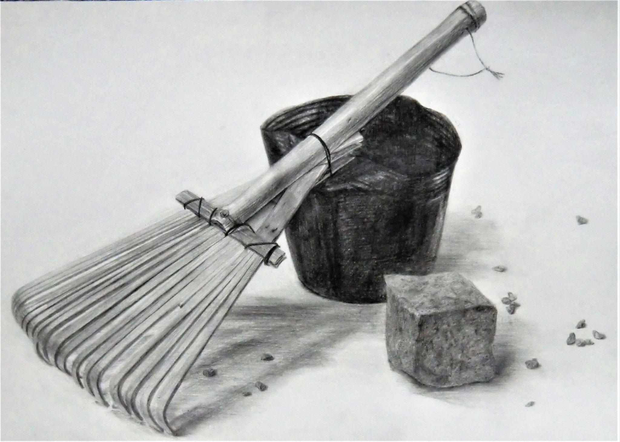 生徒作品66 鉛筆デッサン<卓上静物> 4ツ切り判 白象紙 【日本画系】