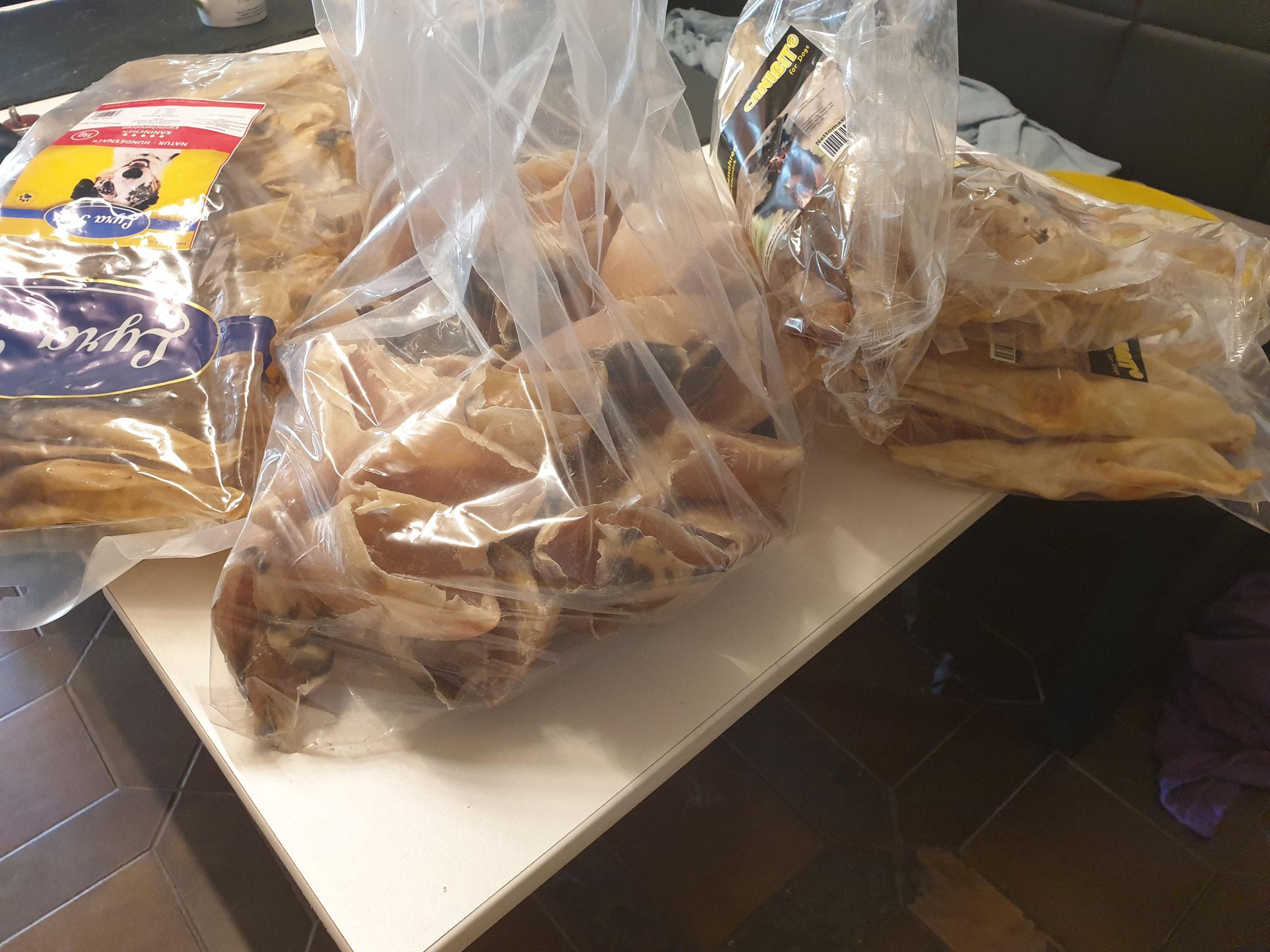 Neue Lieferung Leckerchen ist angekommen, Kalbshufe, Kaninchenohren und Büffelsehnen. Nur das Beste für die Süßen.
