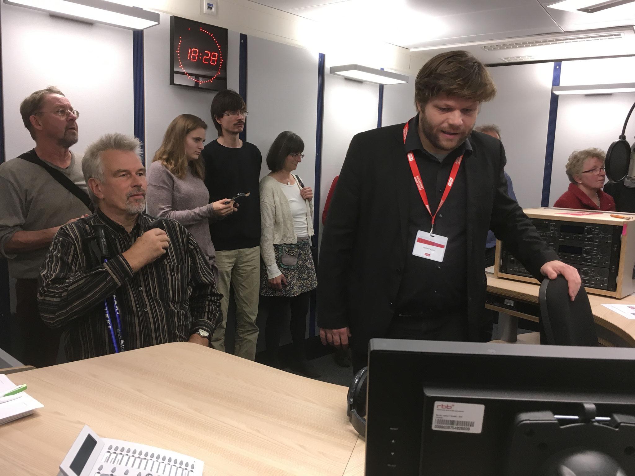Herr Aust vom RBB-Besucherdienst führte durch das Studio.