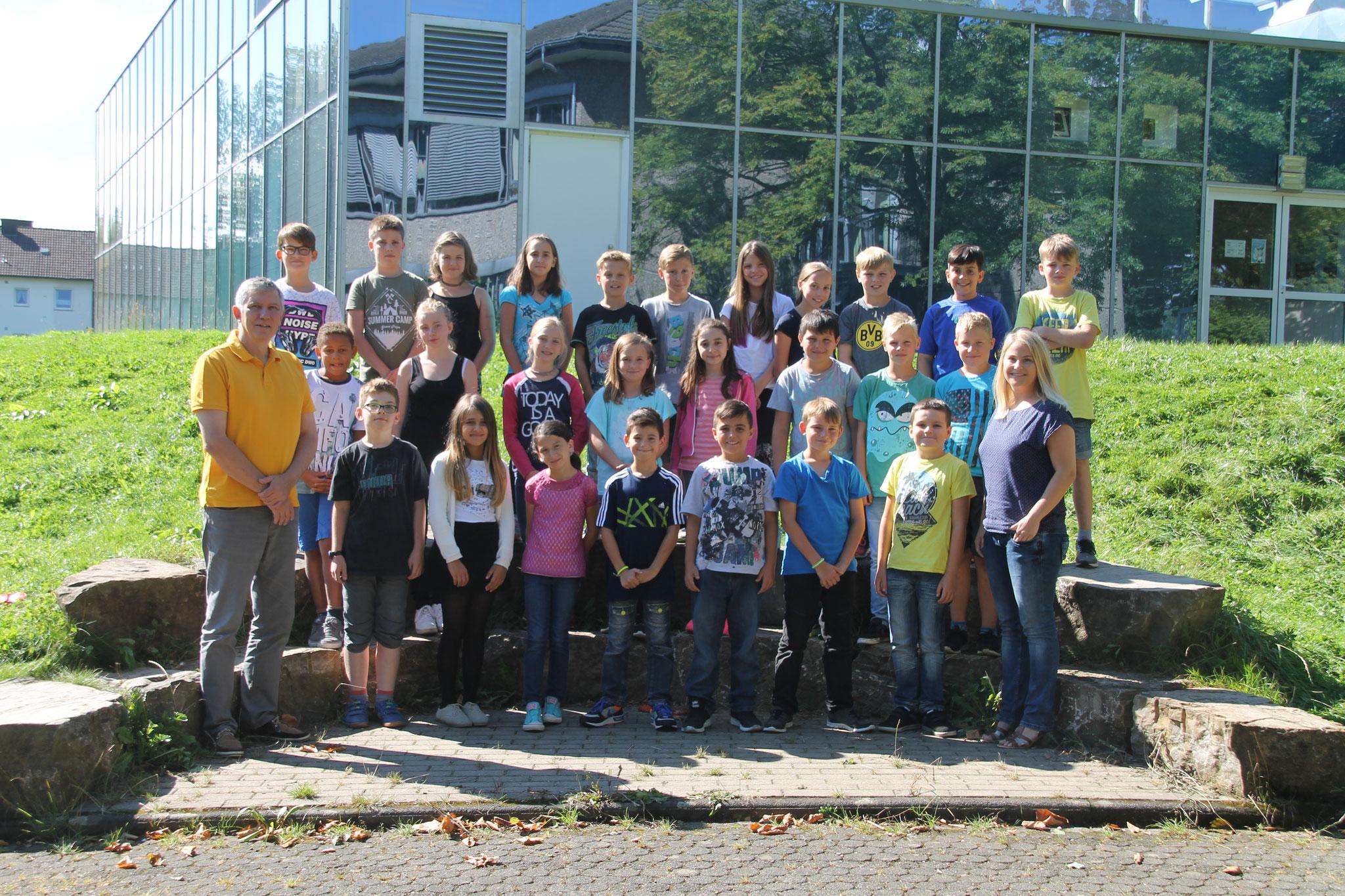 Klasse 5b: Klassenlehrer Frau Bäcker und Herr Schaaf