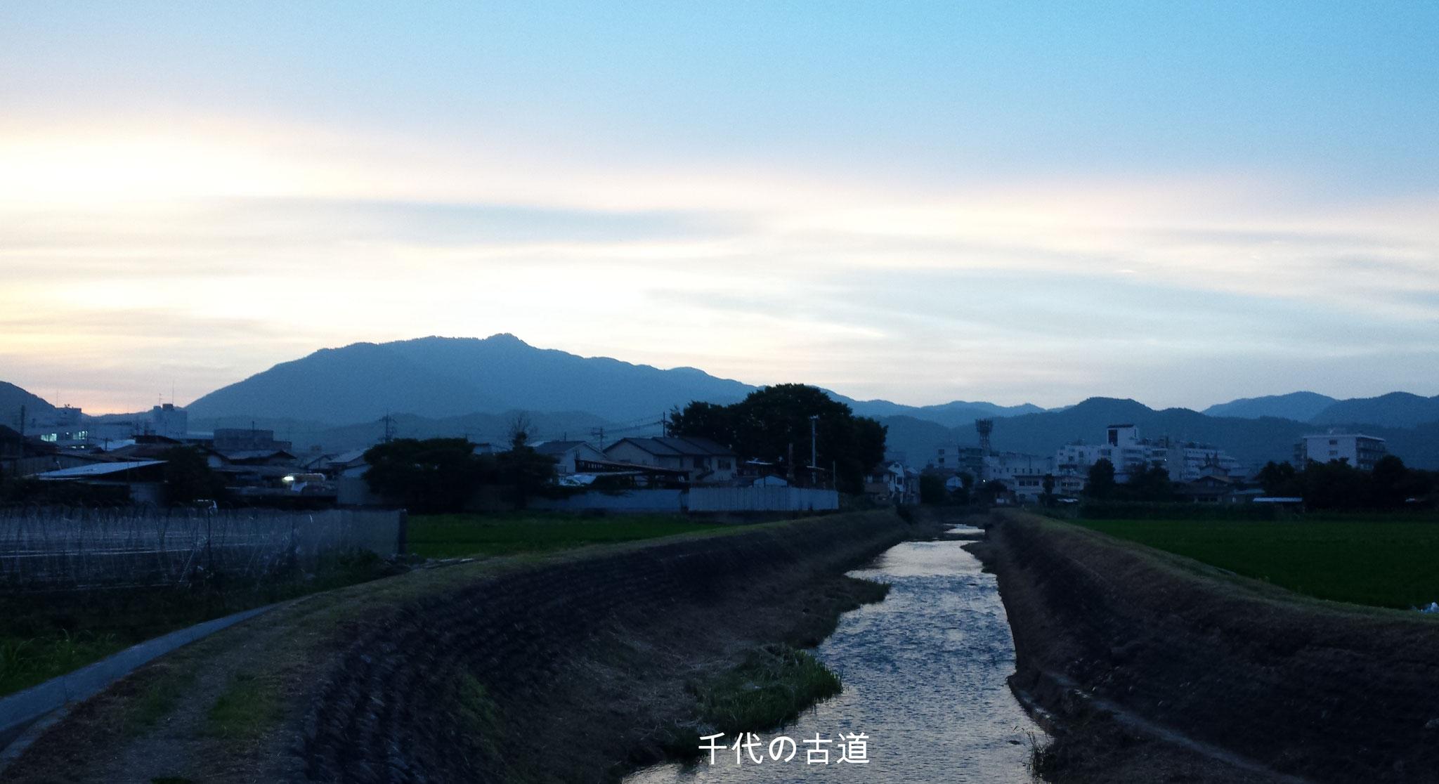 京都 千代の古道 彼方に見えるのは愛宕山