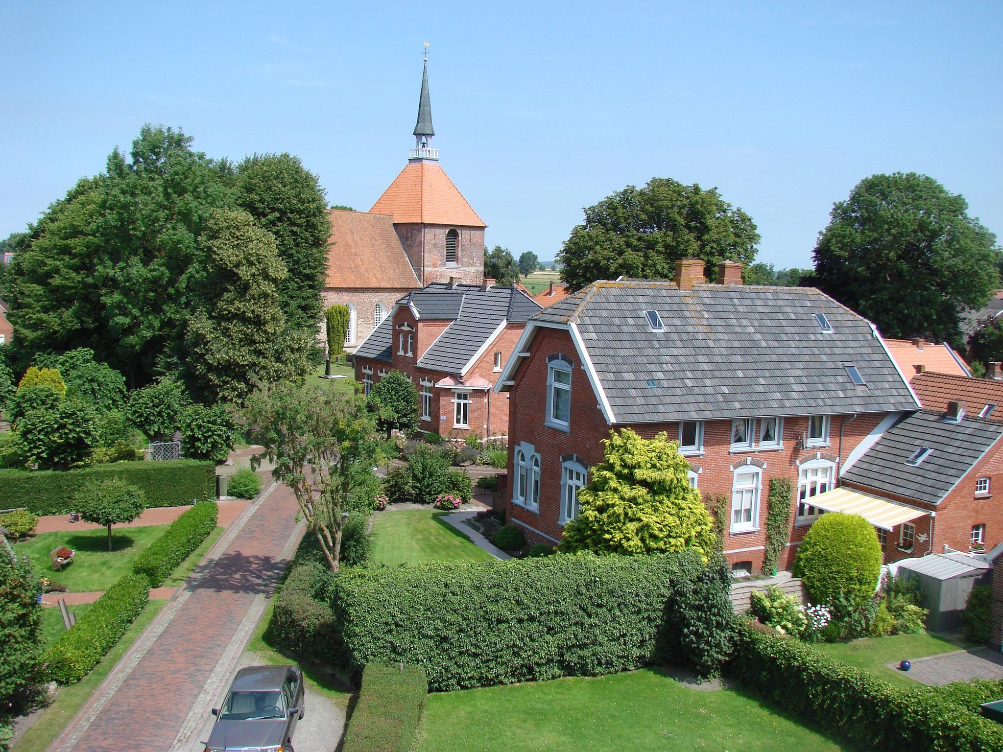 Blick von der Mühle auf das Ferienhaus und die Kirche