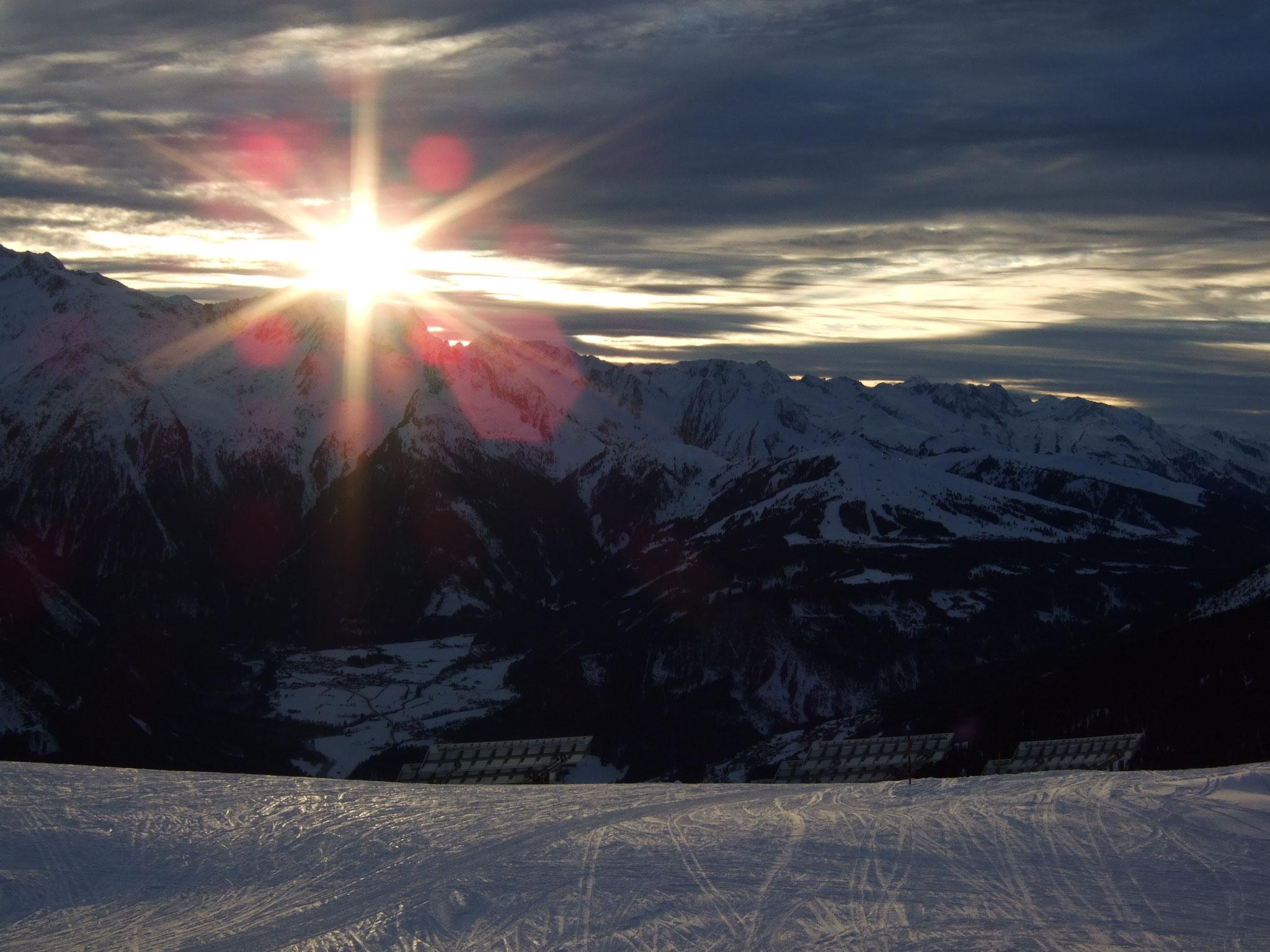 kurz vor Sonnenuntergang im Skigebiet