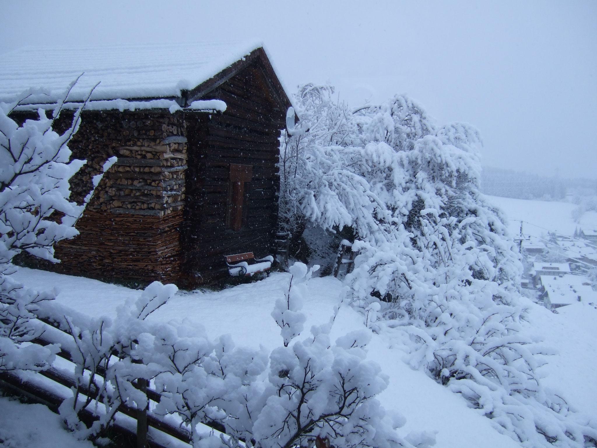 Schnee am Haus und der Nachbarsscheune