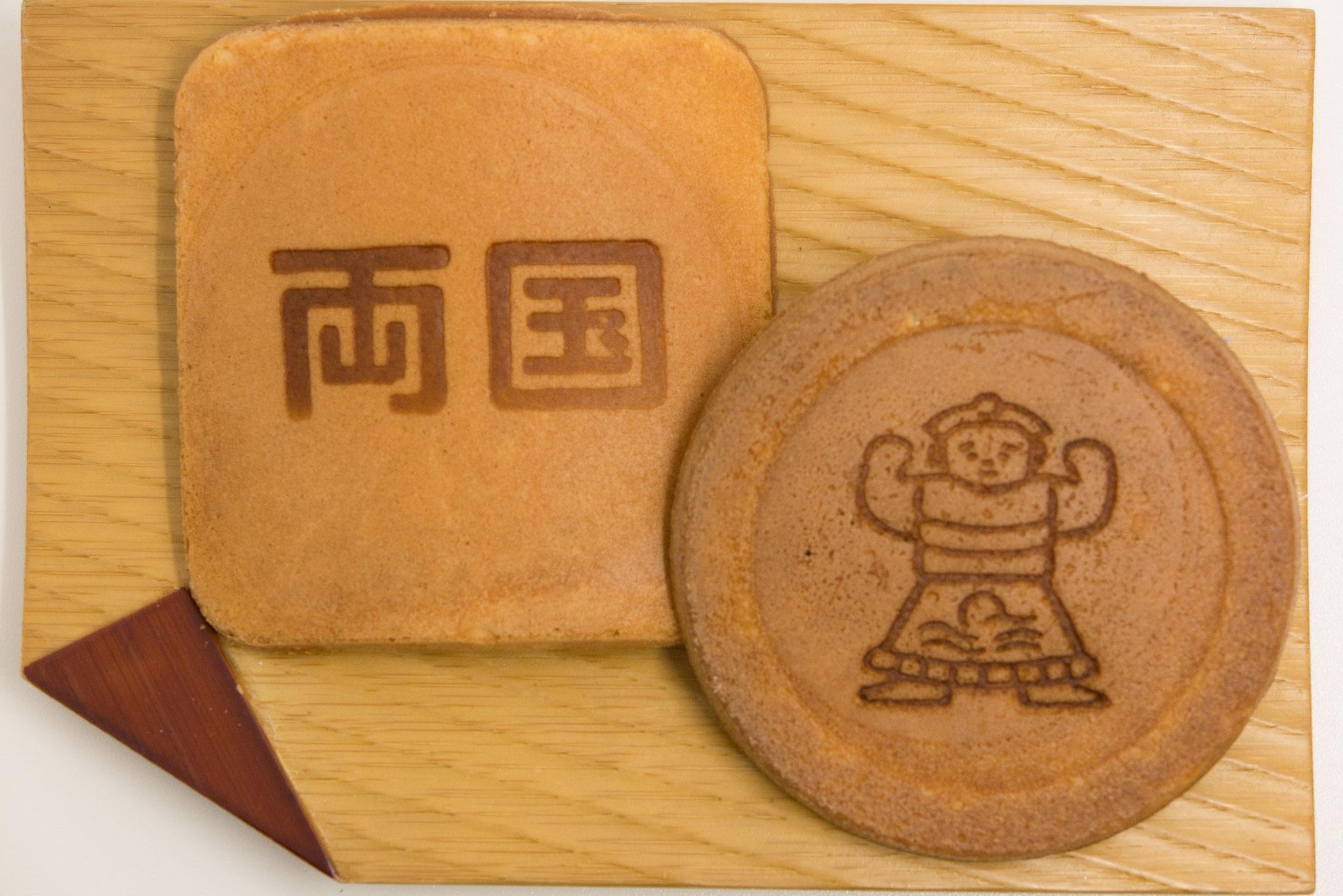 お相撲さんの焼き印の「瓦せんべい」