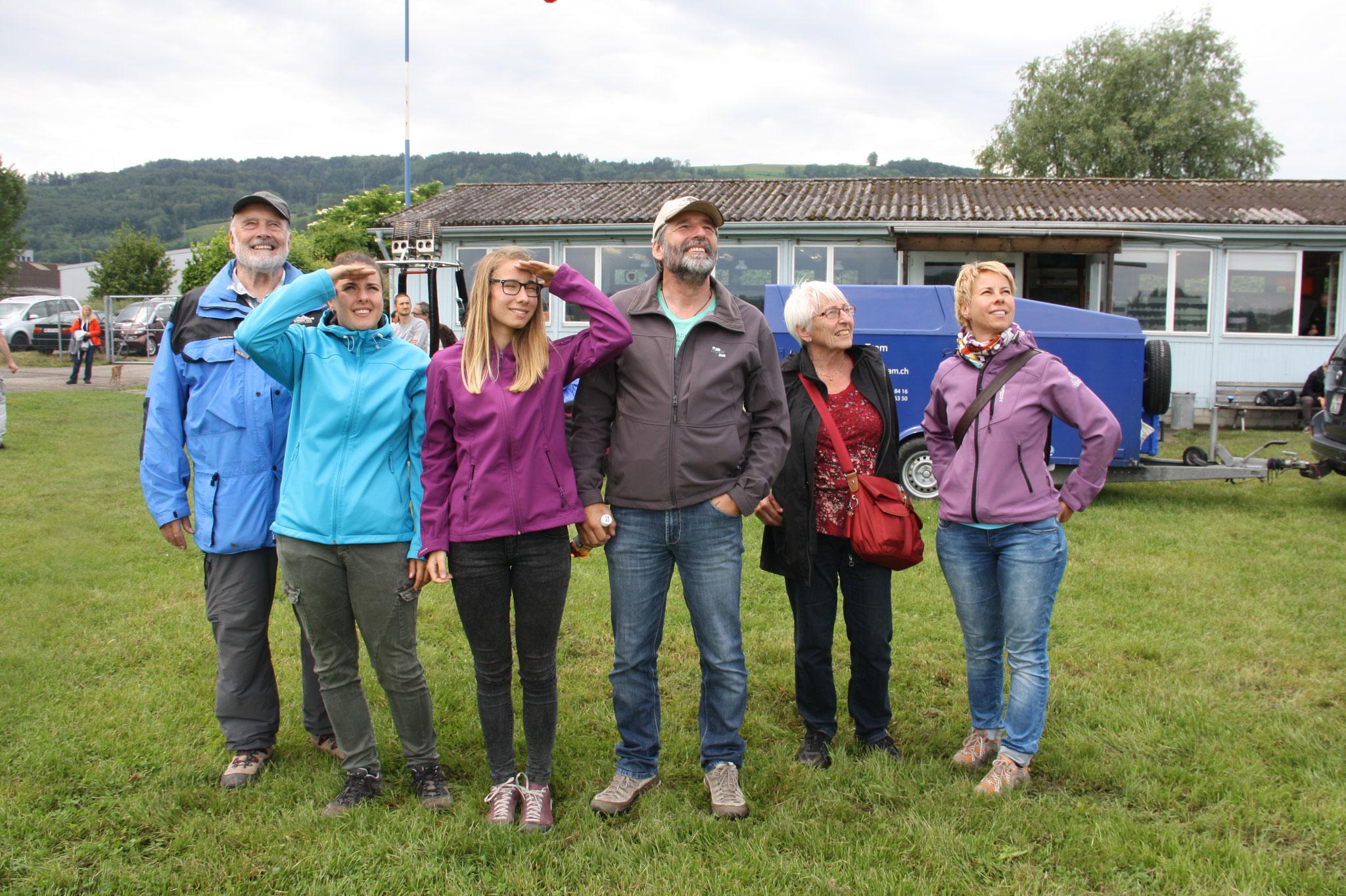 3 Generationen im Flugfieber: Die Familie Rubin aus Thun. Die beiden Töchter Simone und Lisa waren ebenfalls Teilnehmerinnen im Helicoptercockpit