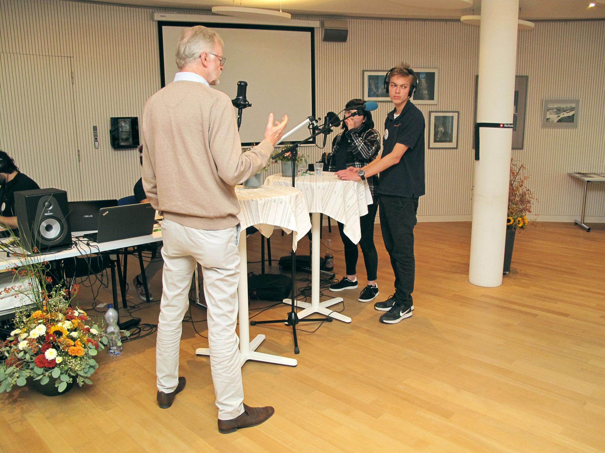 Casper Selg, Journalist im Gespräch mit Moderatoren Céline und Dominic