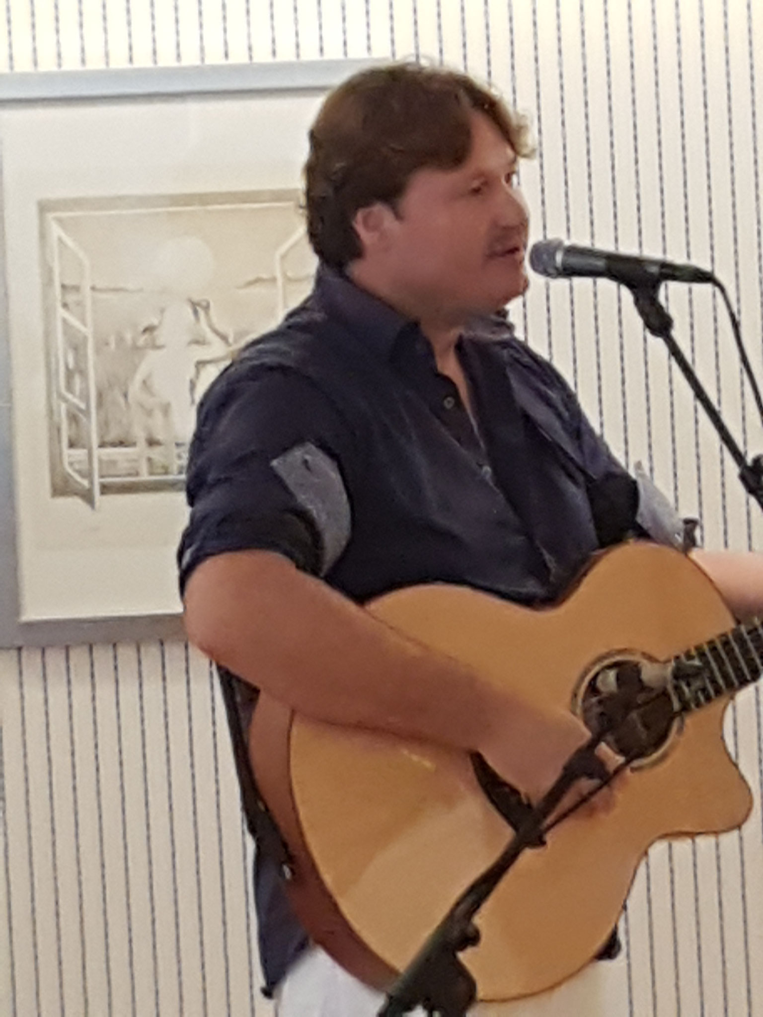 Herr Roland Ruchti mit seiner Gitarre am UNO-Weltfriedenstag bei RadioChico