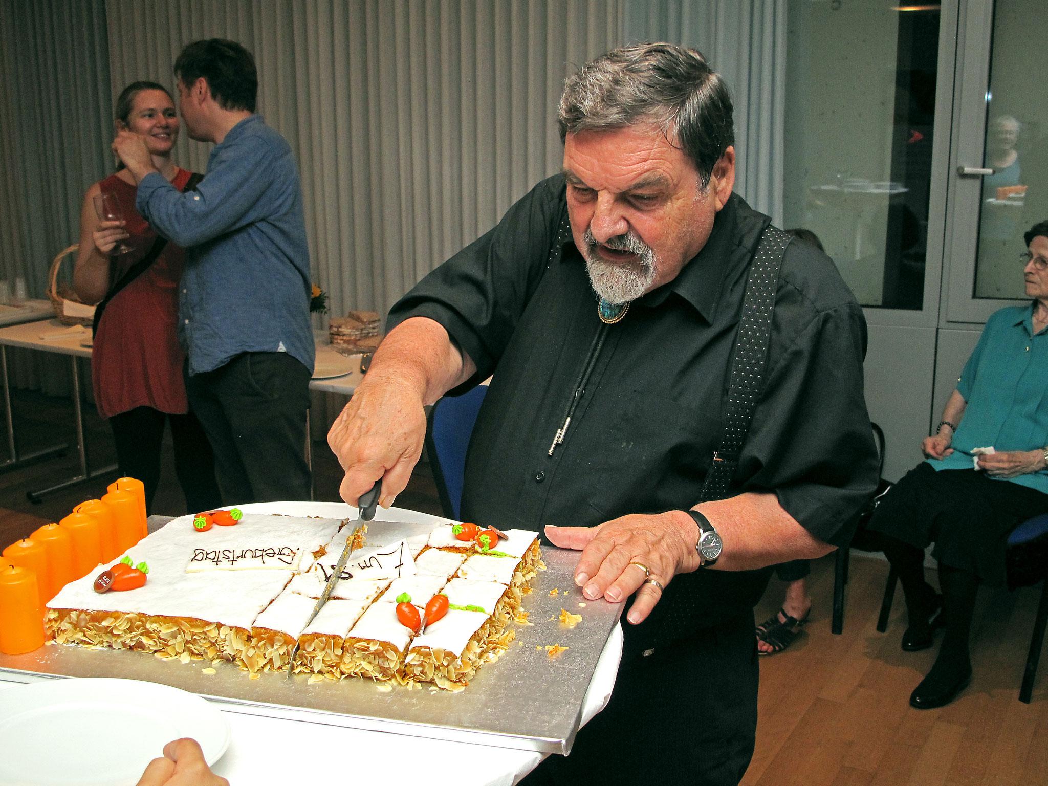 Jetzt wird der herrliche Kuchen an die Gäste verteilt