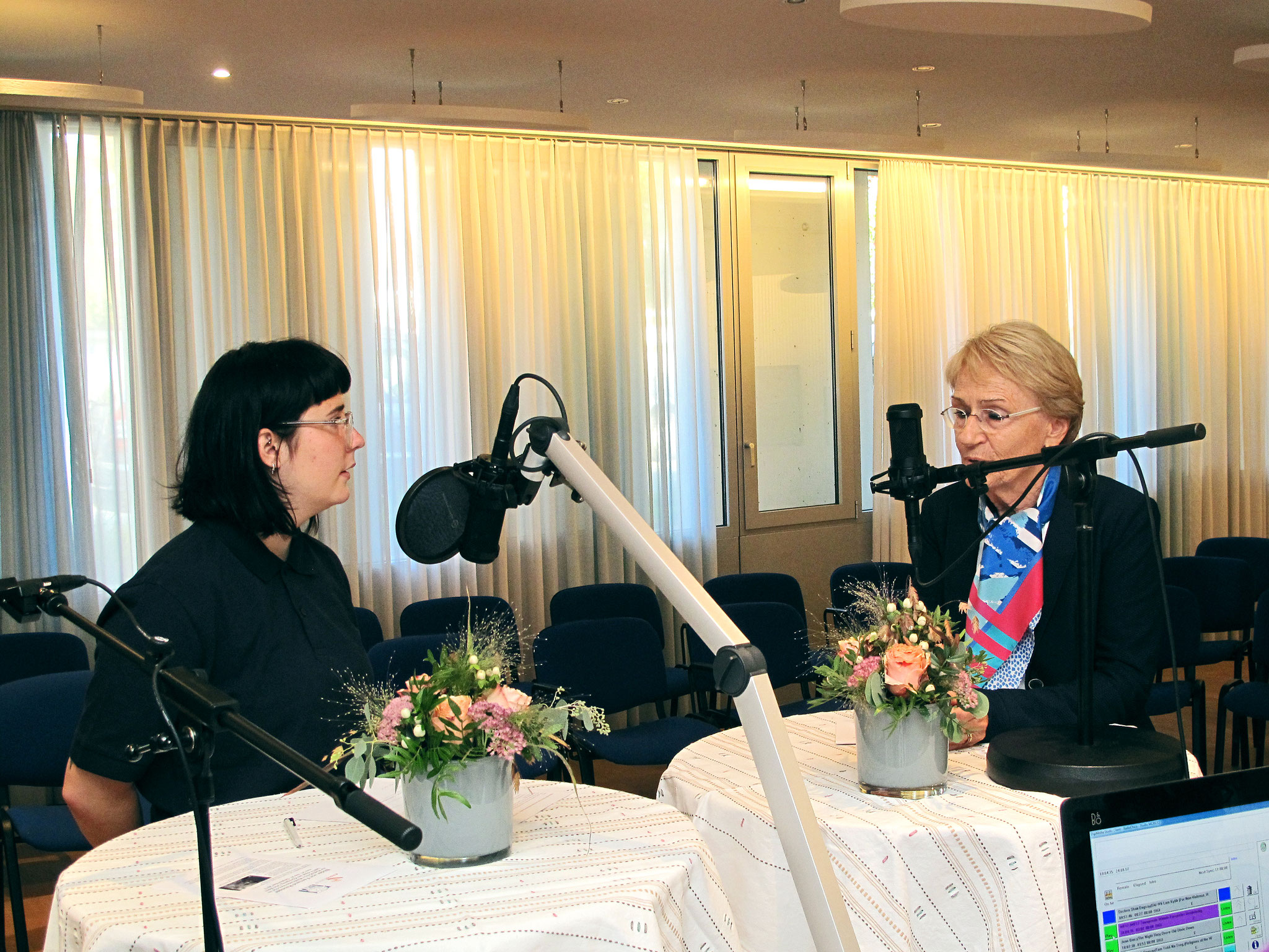 Emmauclulate Mieke im Gespräch mit Moderatorin Céline