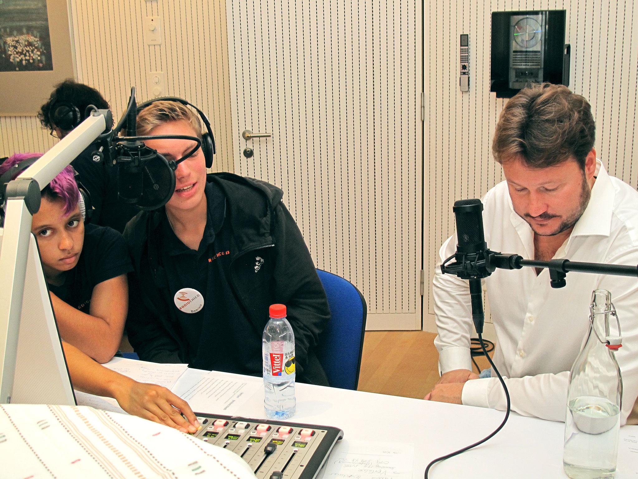 Roland Ruchti im Interview mit Moderator Dominic. Mischpult: Belén