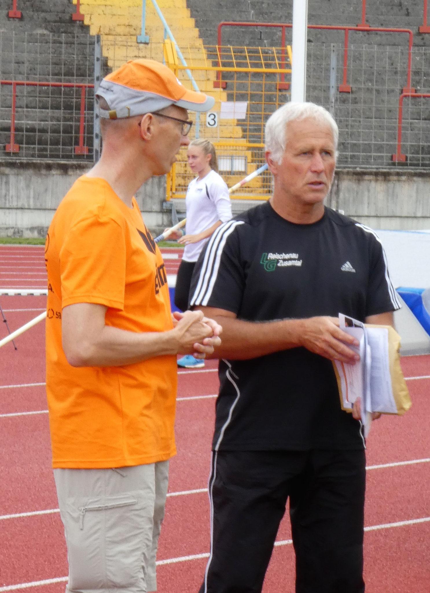 Jürgen Hinterstößer erörtert die Stabhochsprungtechnik von Luise