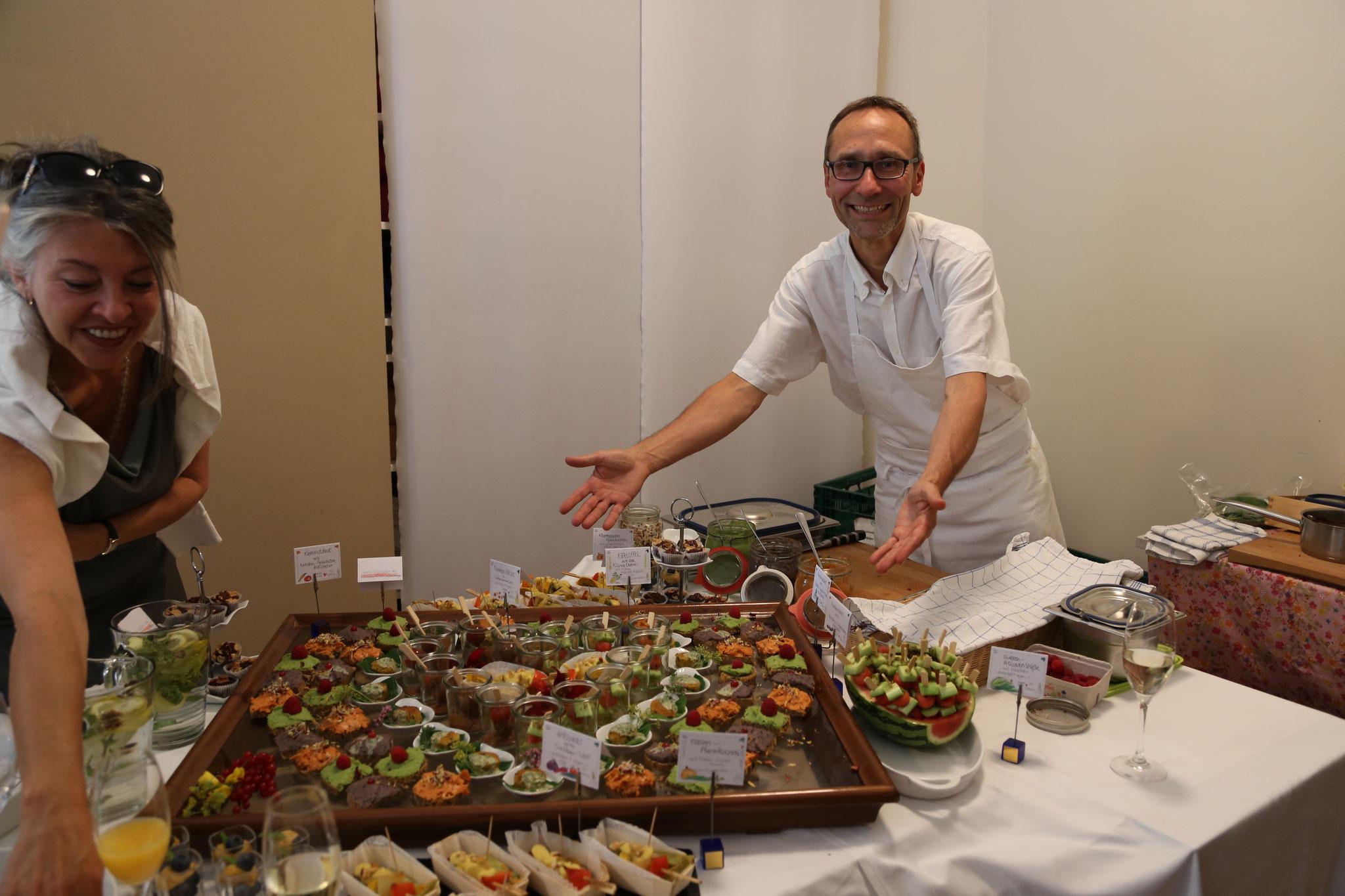 Tataaa ... der Koch präsentiert ein unvergleichlich kunstvolles Büffet