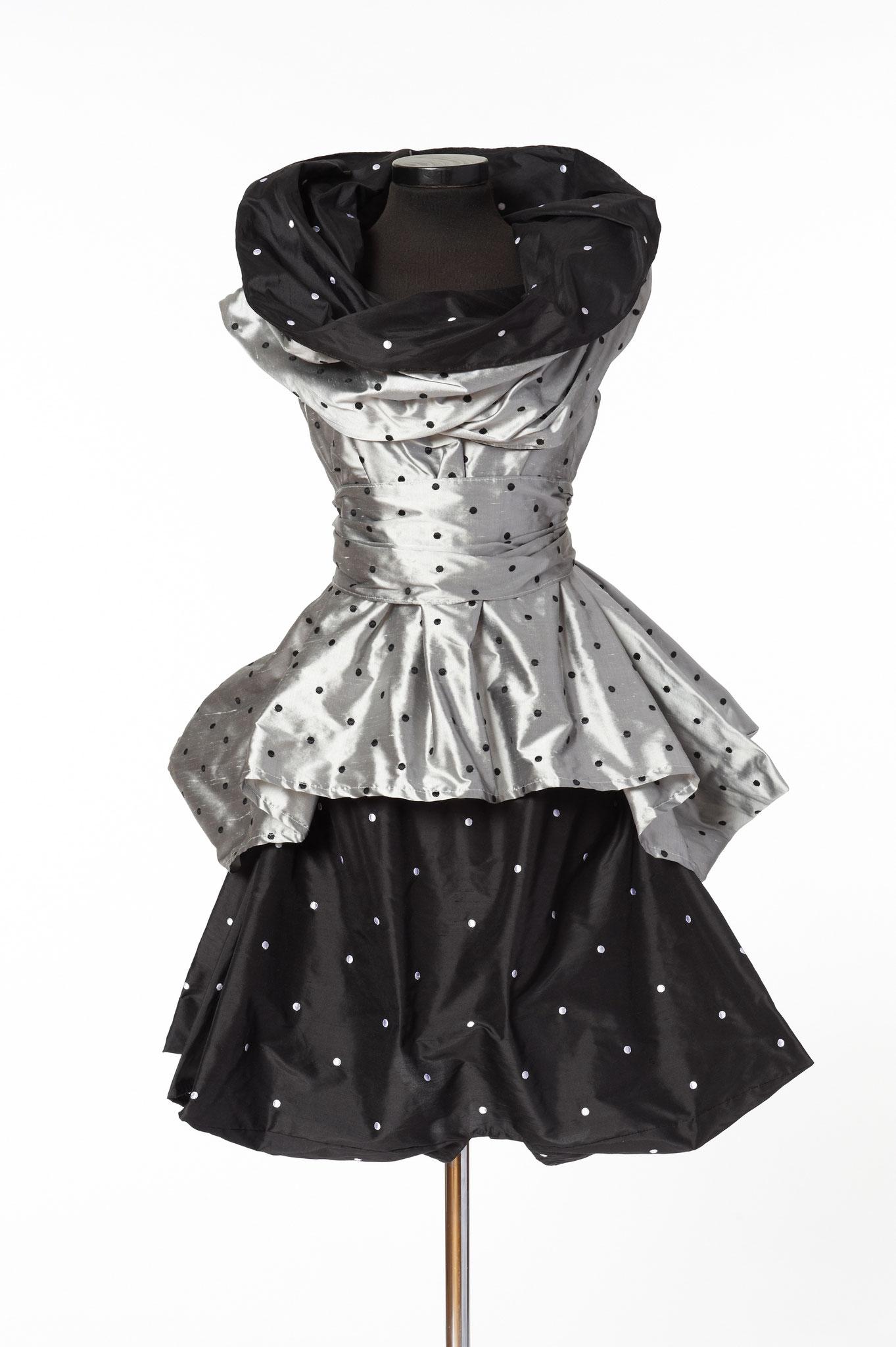 3-teiliges Outfit: Schal, Oberteil Rock. Material: Seide bestickt