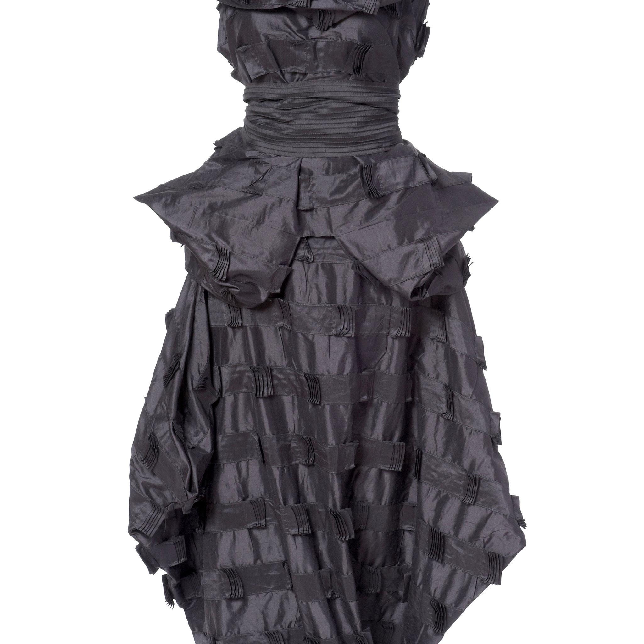 3-teiliges Outfit: Rock, Oberteil, Schal, Schärpe. Material: Seide mit Laschen bestickt