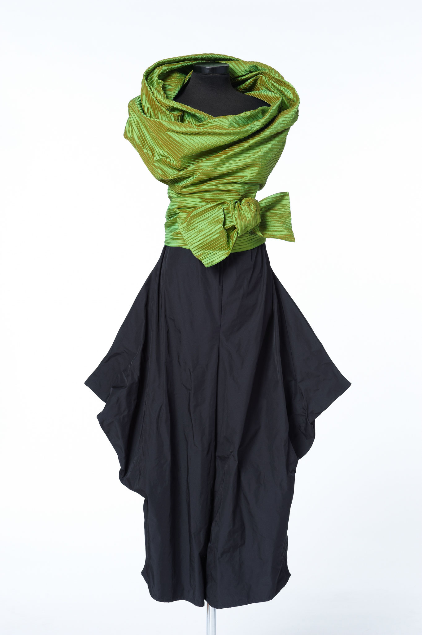 2-piece combination: trousers, changing top. Material: microfiber/silk