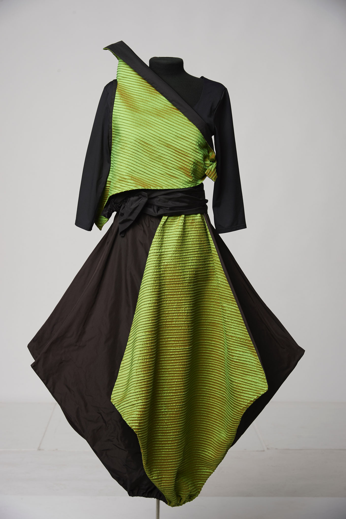3-piece outfit: top, skirt and sash. Material: silk/microfibre