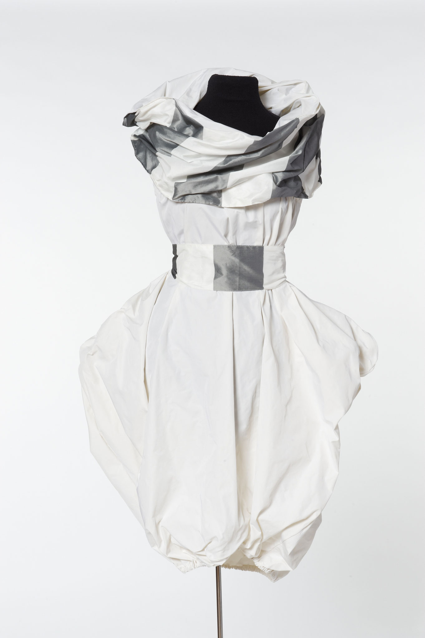 3-piece outfit: tail skirt, sash, scarf. Material: silk/microfibre