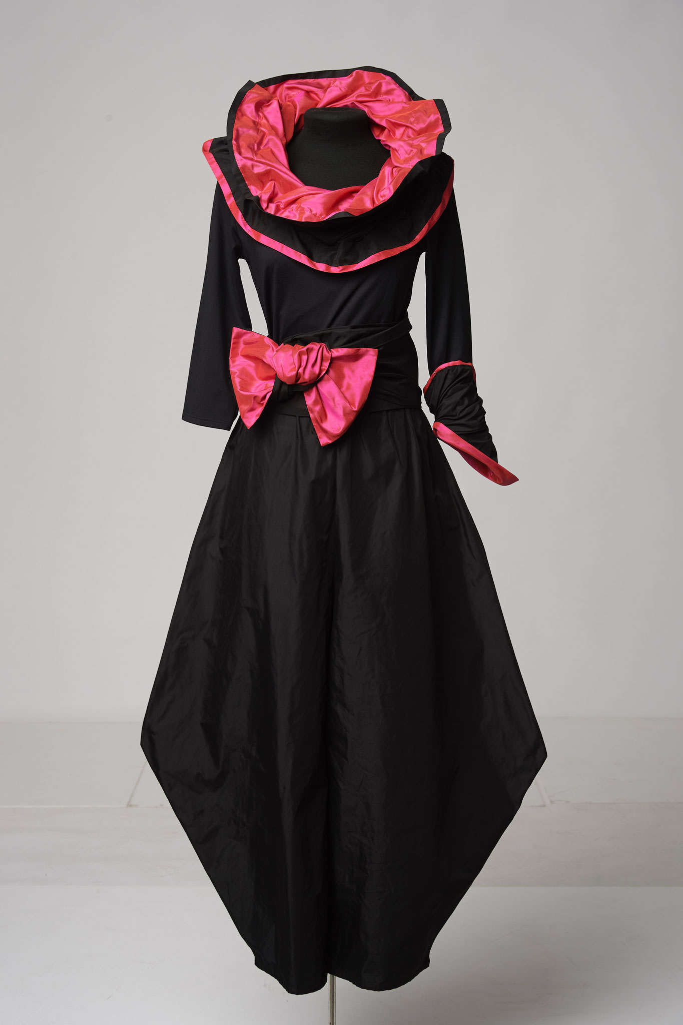 4-piece outfit: pointed trousers, sash, cuff, scarf. Material silk/microfibre