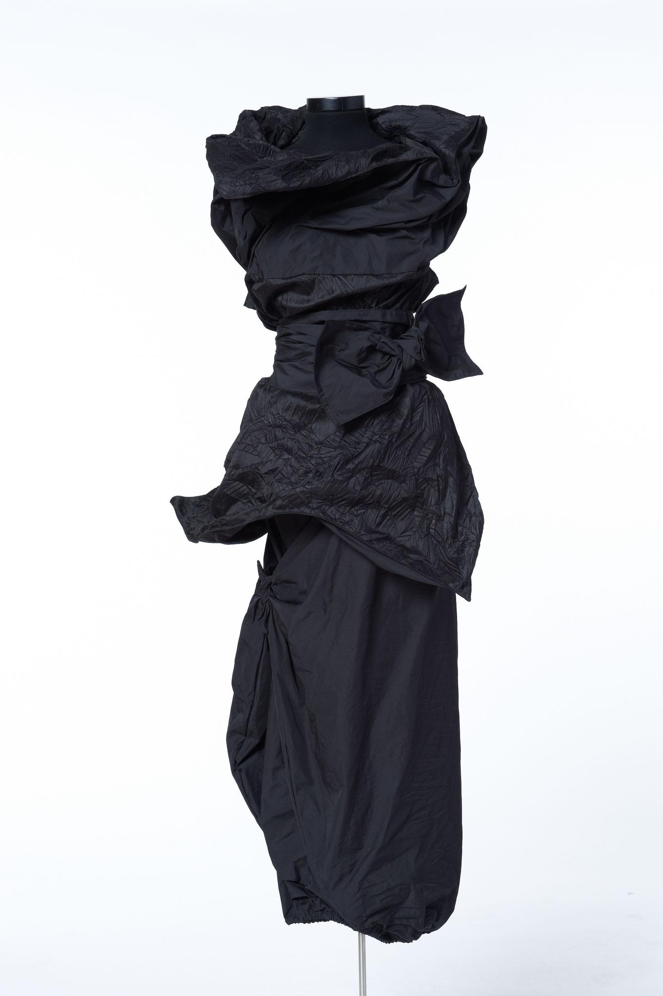 3-teiliges Outfit: Zipfelrock, Schärpe Oberteil. Material: Seide/ Mikrofaser