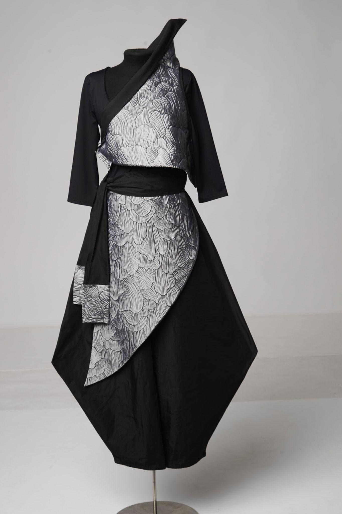 4-teiliges Outfit: Zipfelhose,Schurz, Schärpe, Dreieck Oberteil. Material: Seide/Viskose/PAN/ Mikrofaser