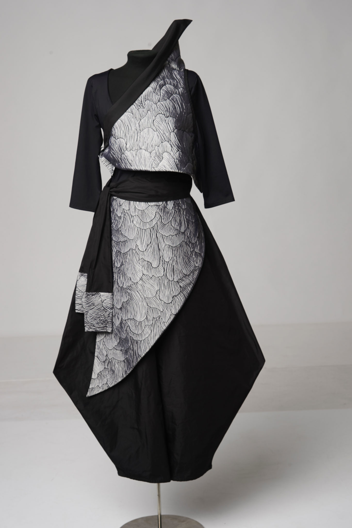 4-piece outfit: pointed trousers, apron, sash, triangle top. Material: silk/viscose/PAN/ microfibre