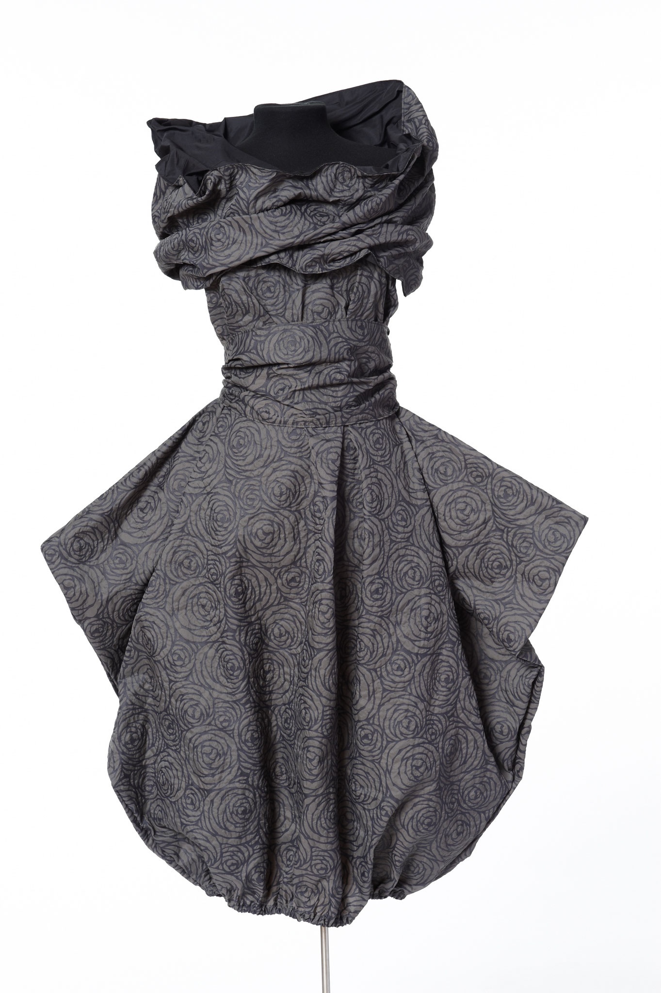 3-piece outfit: skirt, sash, scarf. Material: embossed microfibre