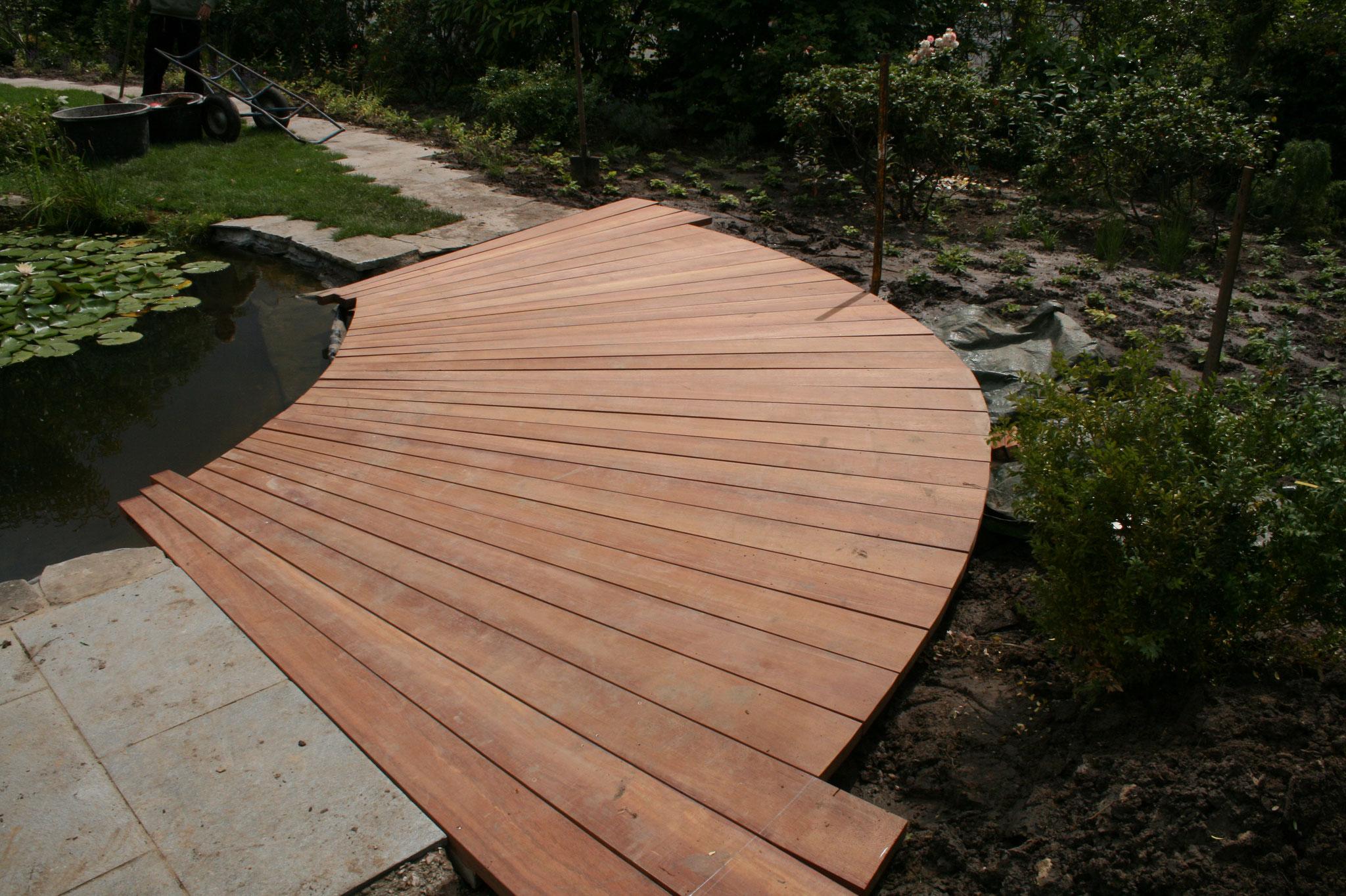 Holzübergänge für einen Schwimmteich - genial!
