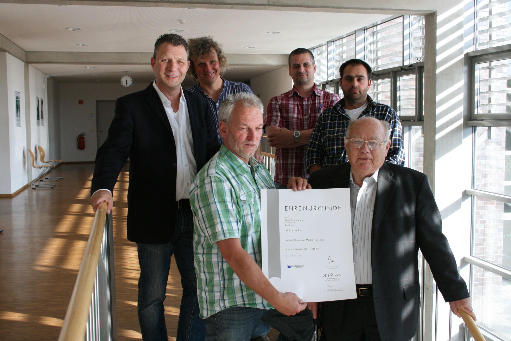 Zimmerer-Innung Bochum gratuliert Paul Zimmermann zur Ehrenurkunde zum 40-Jährigen Jubiläum. (2011)