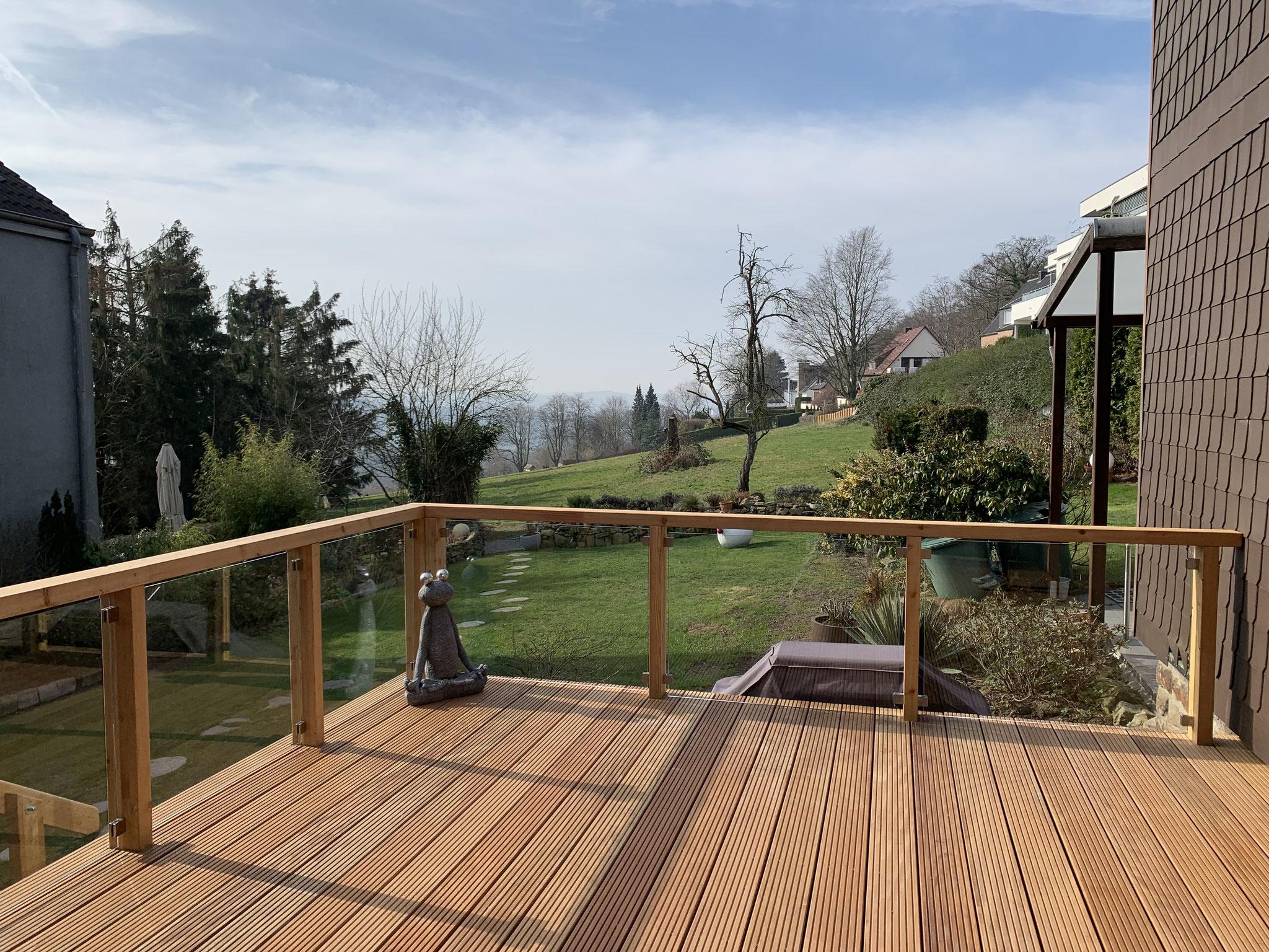Den Weitblick mit klarglas Scheiben verschönern eine Terrasse in Bochum-Stiepel