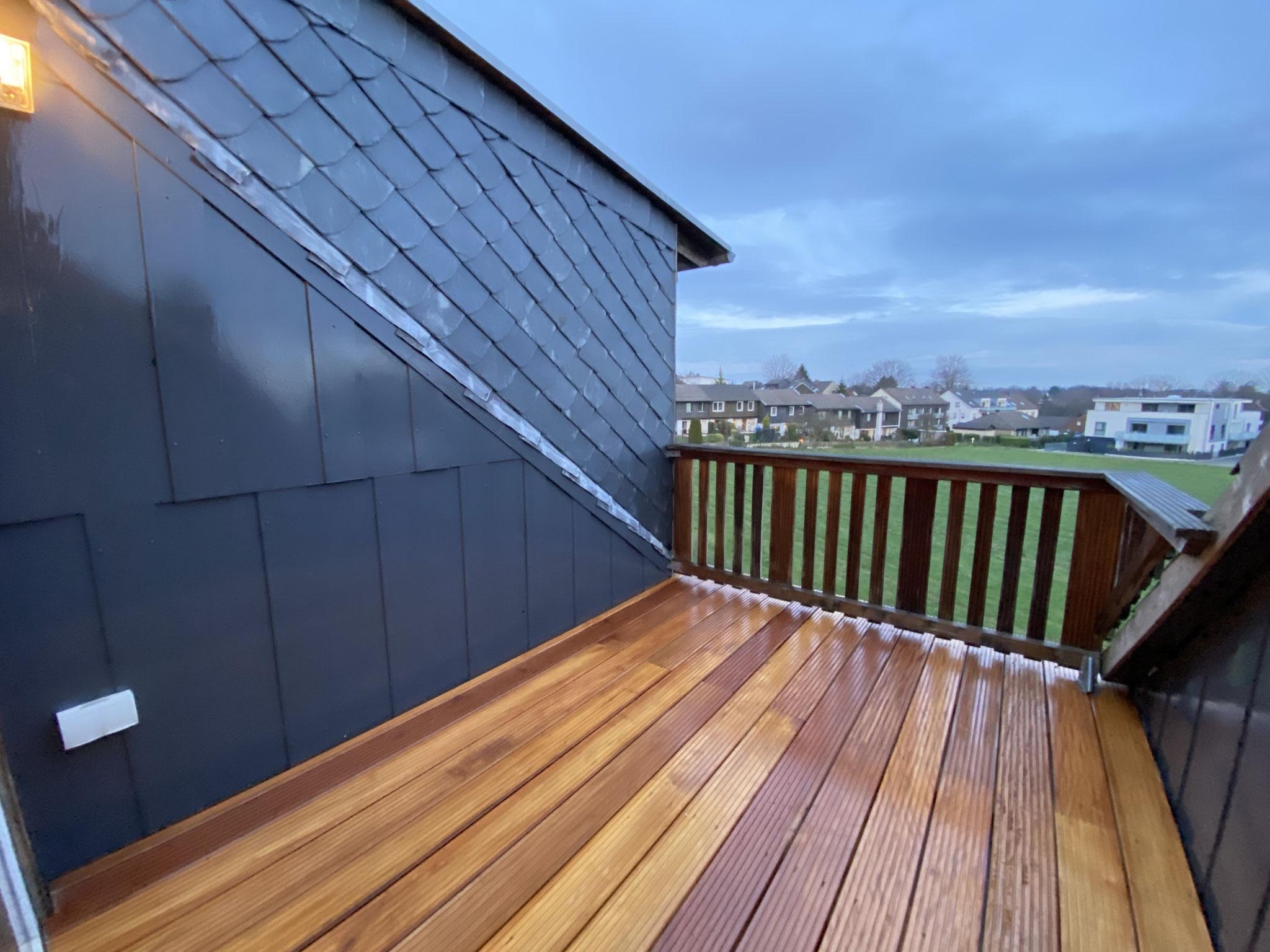 Nachher! Neuer Bodenbelag inklusiv das Streichen der Seitenwände lässt den Balkon moderner wirken