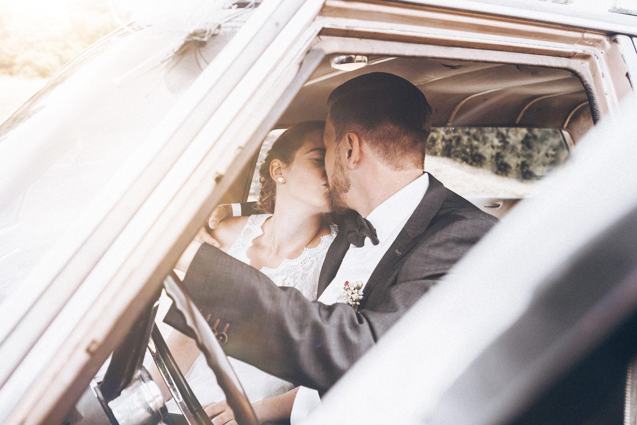 Hochzeitsfotos Brautpaar in Hochzeitsauto