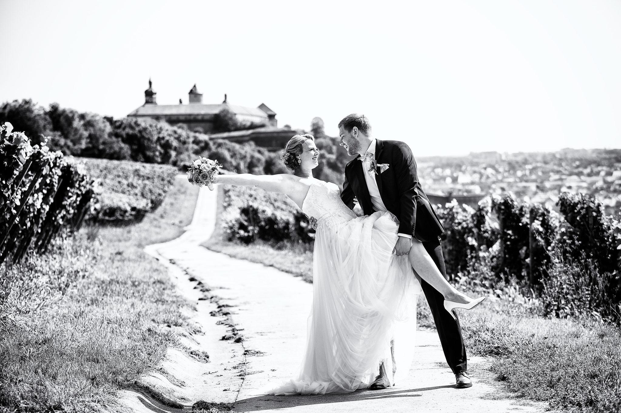 Hochzeitsfoto mit der Festung Marienberg im Hintergrund
