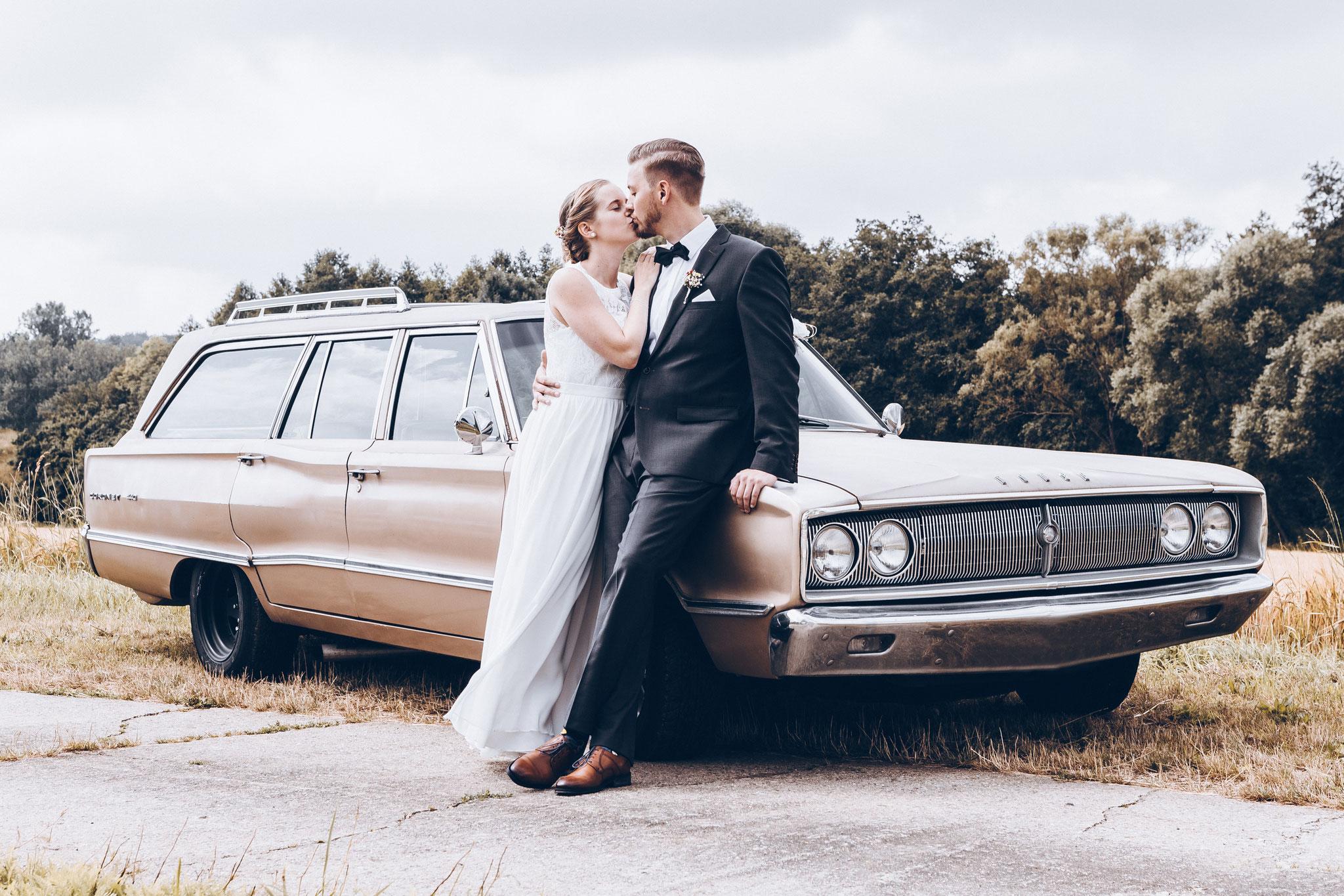 Hochzeitsfotos mit Hochzeitssauto