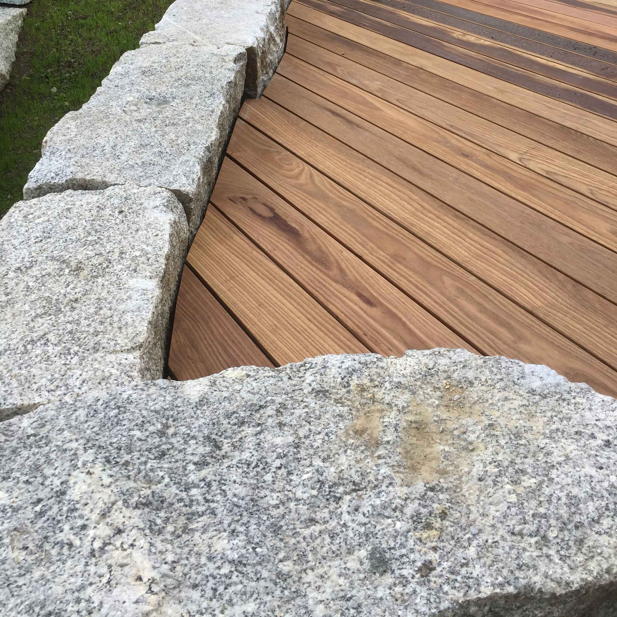 Strebel Holzbau Aussenterrasse mit Stein