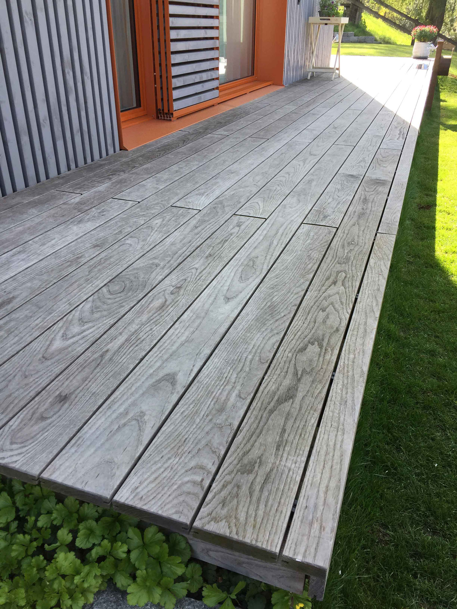 Strebel Holzbau Aussenterrasse Holz grau