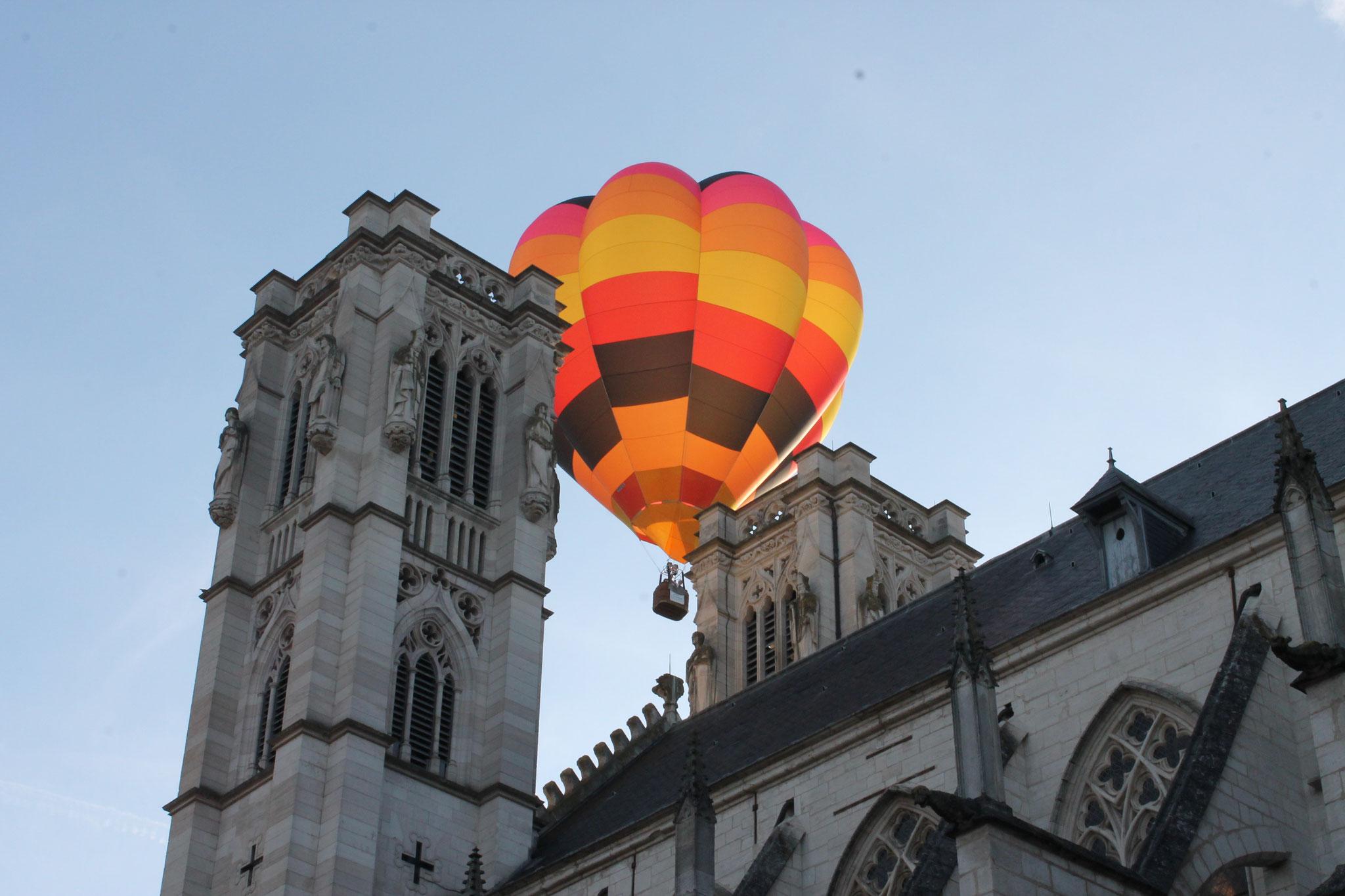 Mongolfière au dessus de la cathédrale Saint Vincent