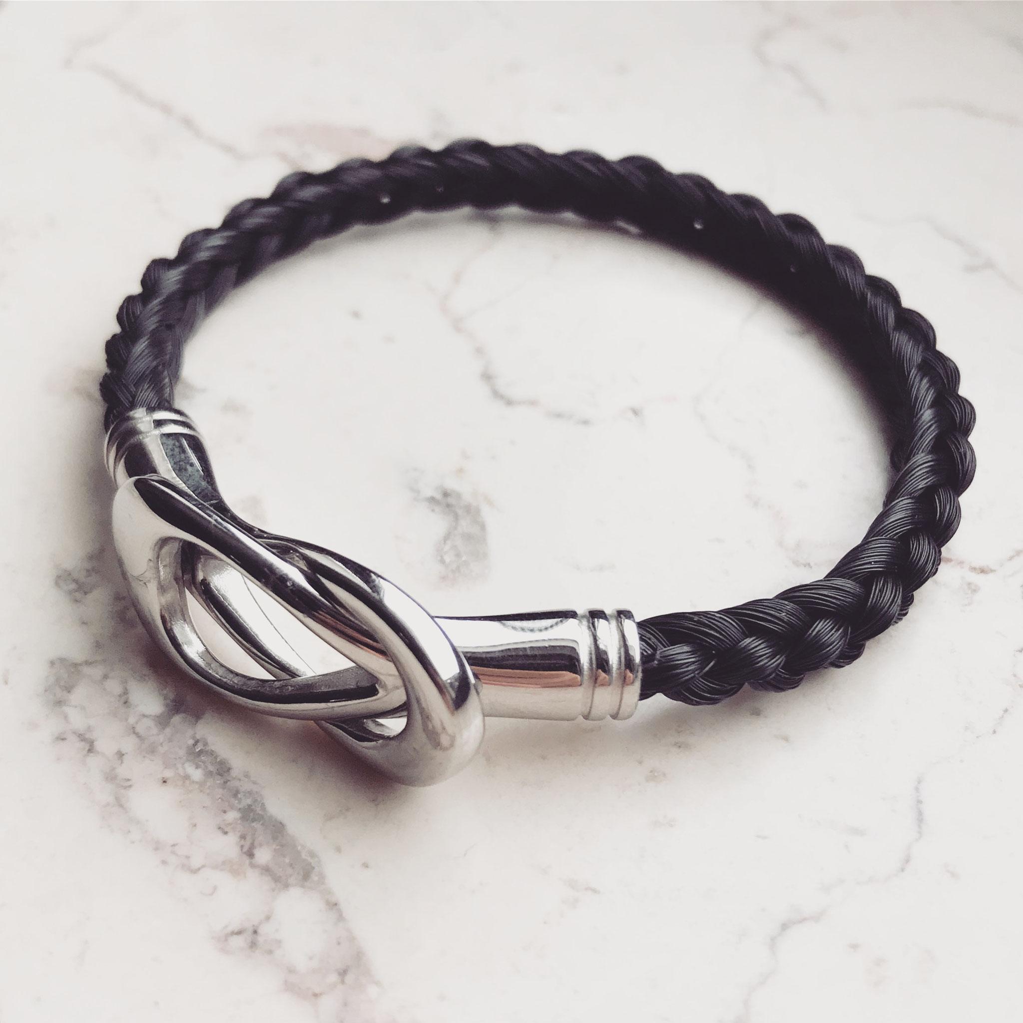 Armband, 6-fach halbrund geflochten mit Edelstahl Schleifenverschluss.