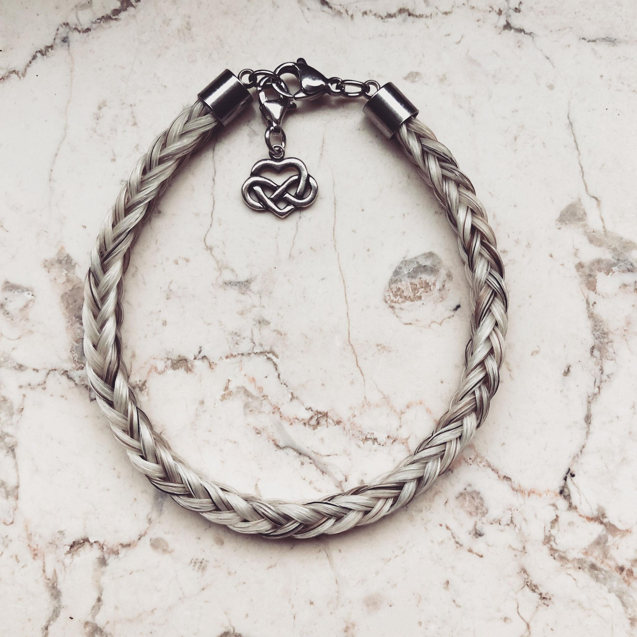 Armband, 8-fach eckig geflochten mit Edelstahl Karabinerverschluss und 925er Charmanhänger.