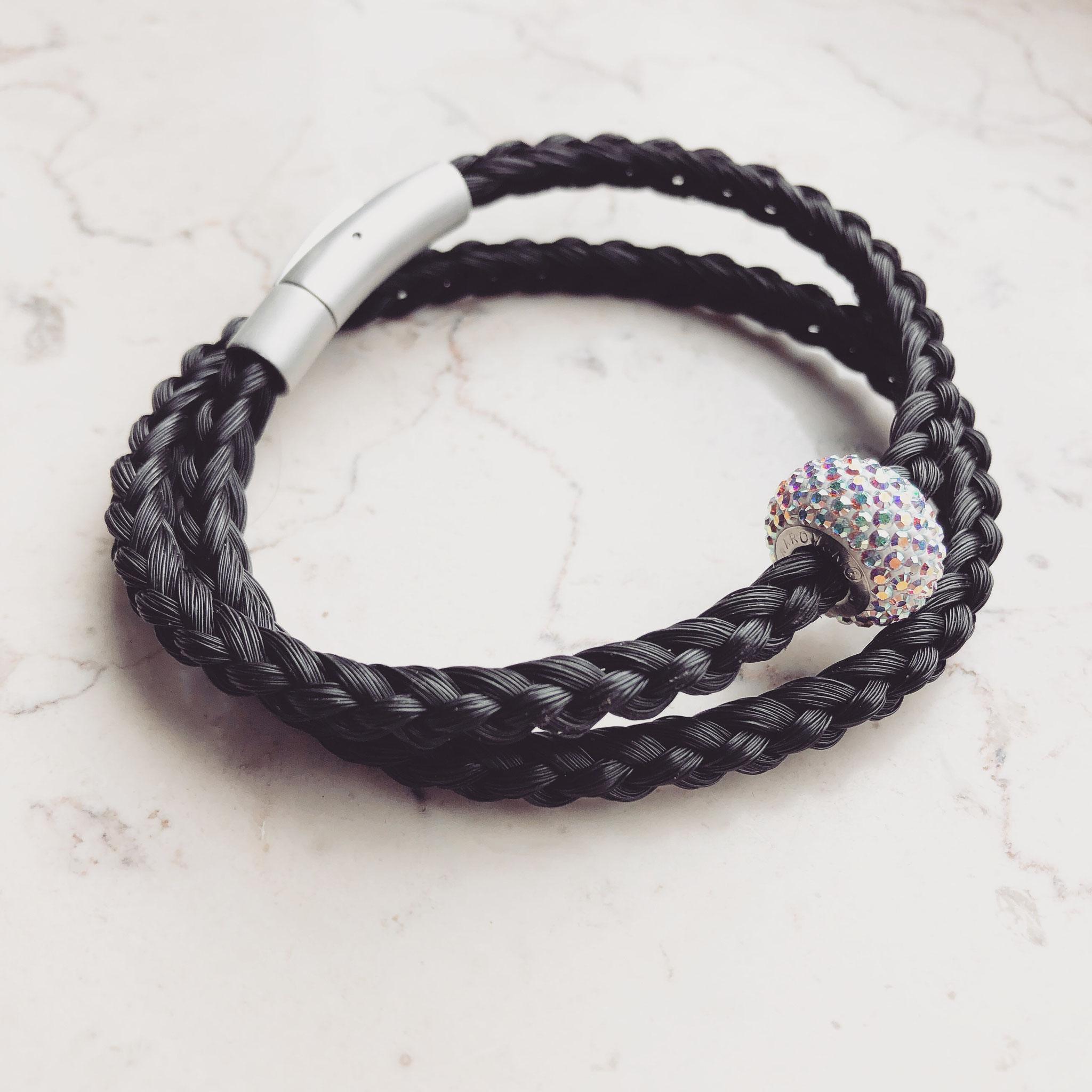 Wickelarmband, 6-fach halbrund geflochten mit Edelstahl Hebeldruckverschluss in matt-Optik und Swarovski Perle.