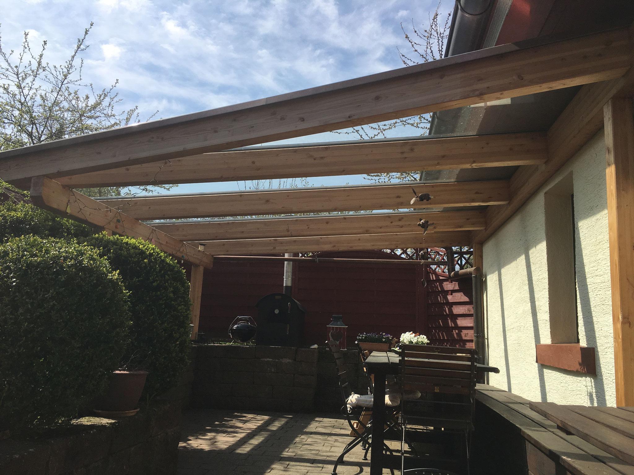 nachher - mit der neuen Überdachung ist die Terrasse bei (fast) jedem Wetter nutzbar