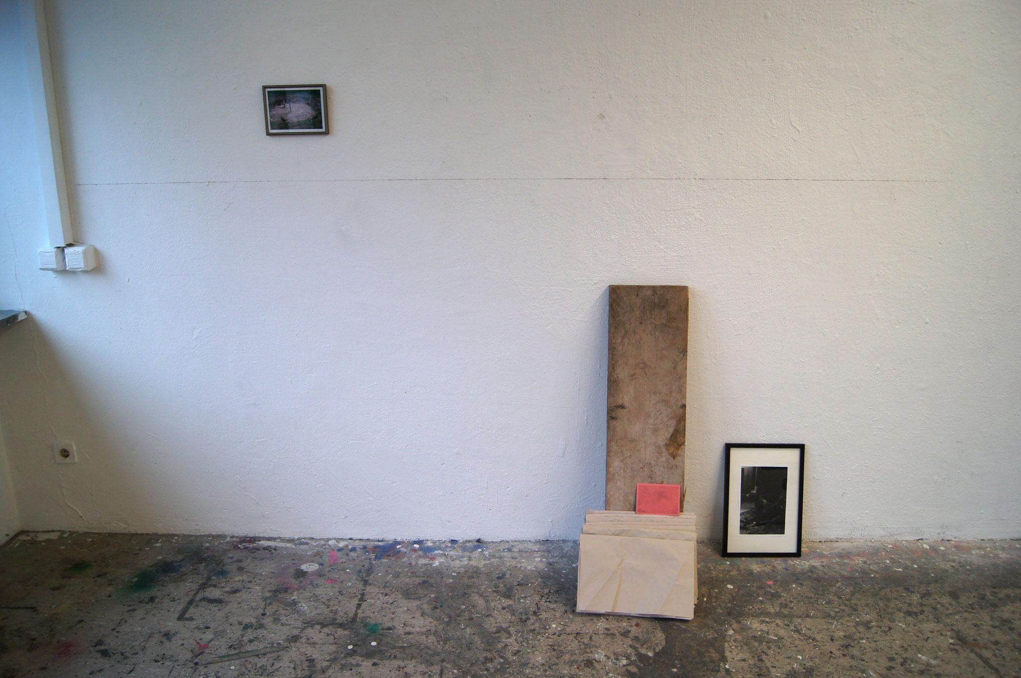 le katz und co, Ausstellungsansicht Rundgang Mainz, in Zusammenarbeit mit Kevin Monot mehrtelige Installation, Holz, Foto im Plastikrahmen, Kreidelinie auf der Wand, Analogfotografie auf Baryhtpapier, Holzrahmen,  Holzplatte, Schrift auf Papier, Schraubzw