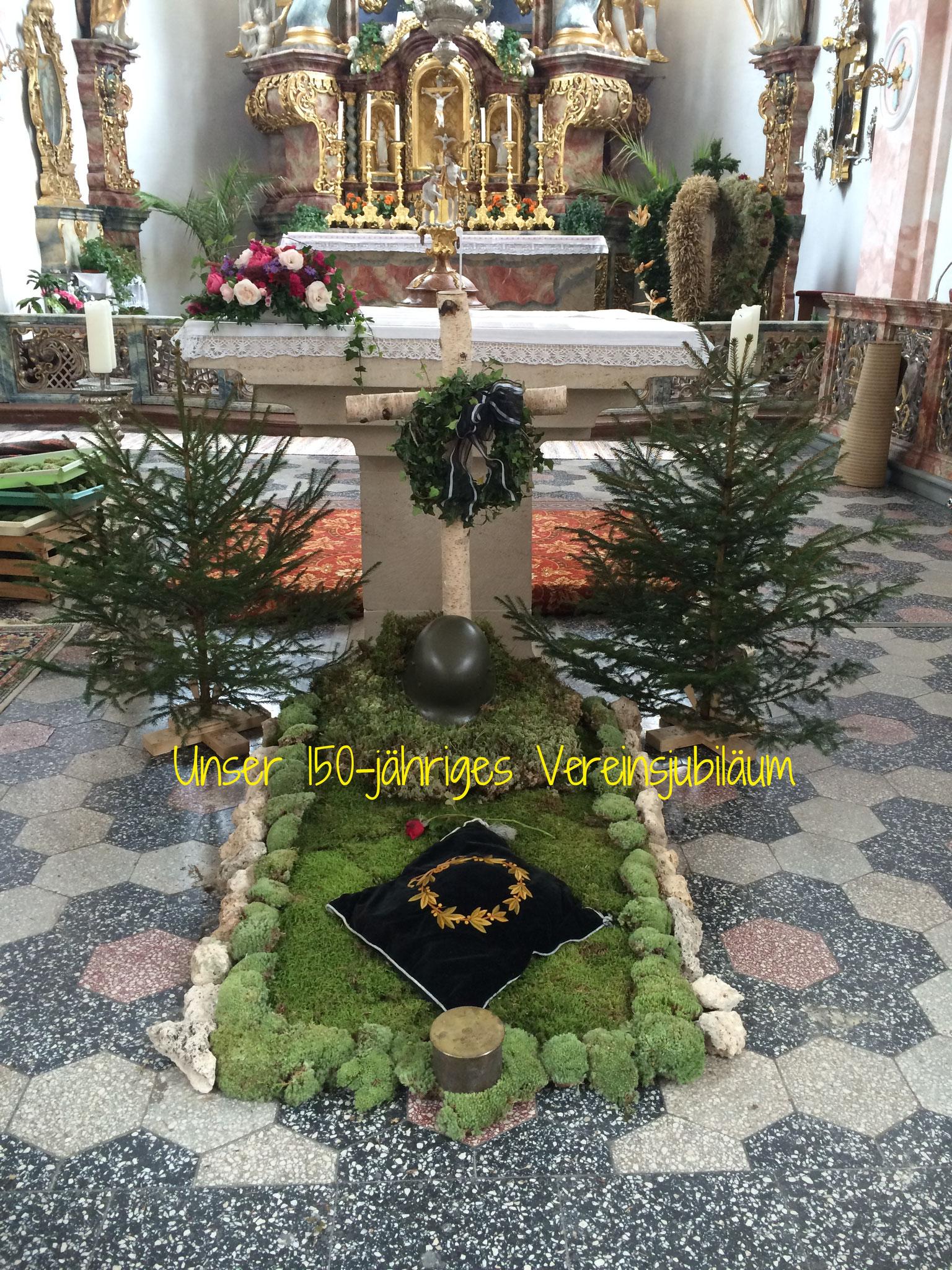 Das aufgebaute Feldgrab in unserer Pfarrkirche St. Nikolaus