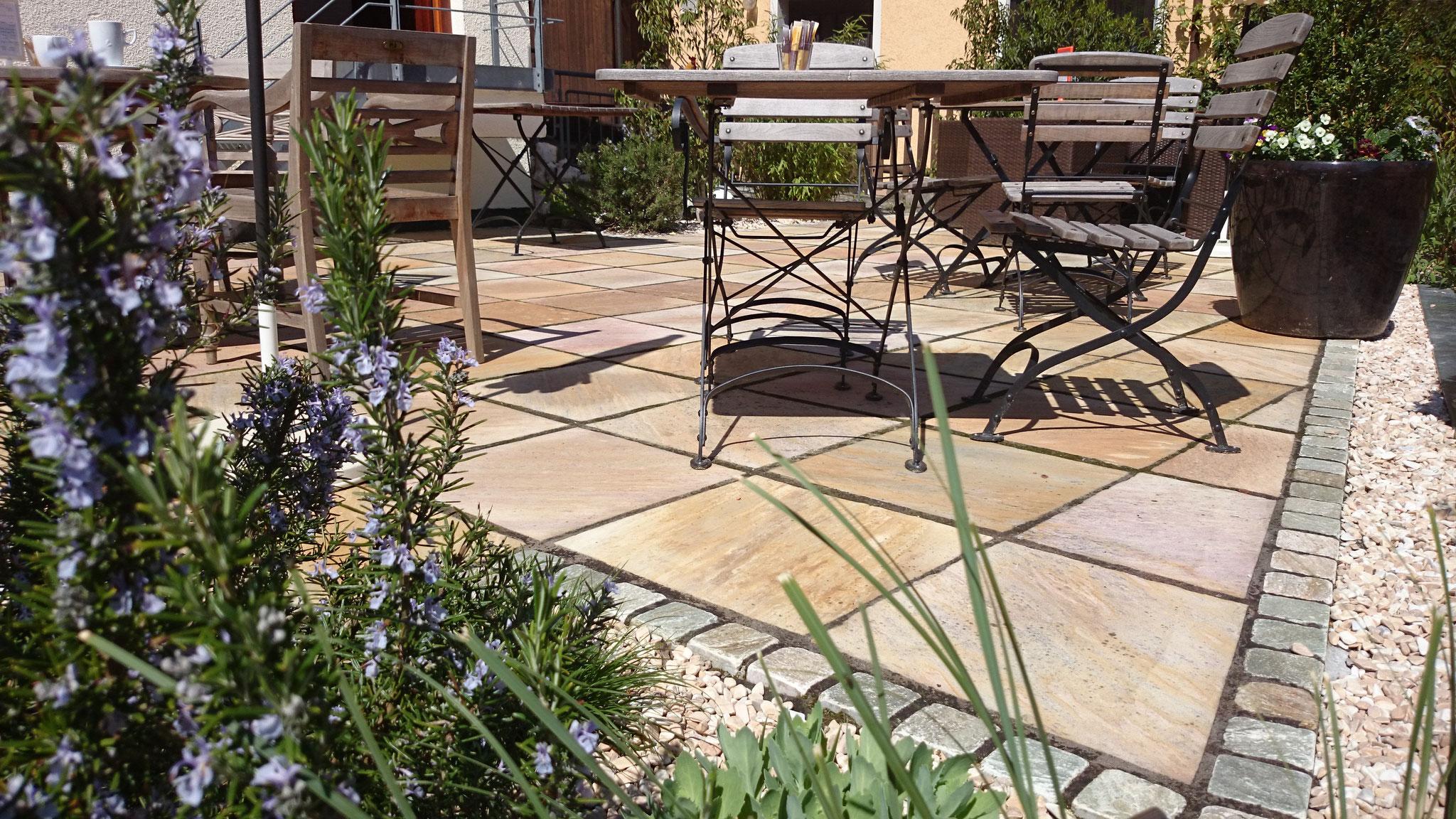 Gartencafé mit mediterranem Flair aus Quarzit-Platten, Zierkies und Kräutern