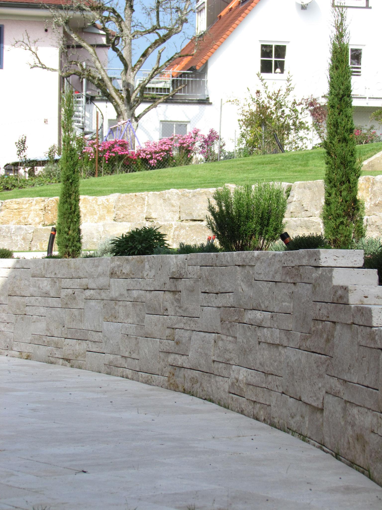 Travertinmauer zur Terrassierung eines Hanggrundstückes