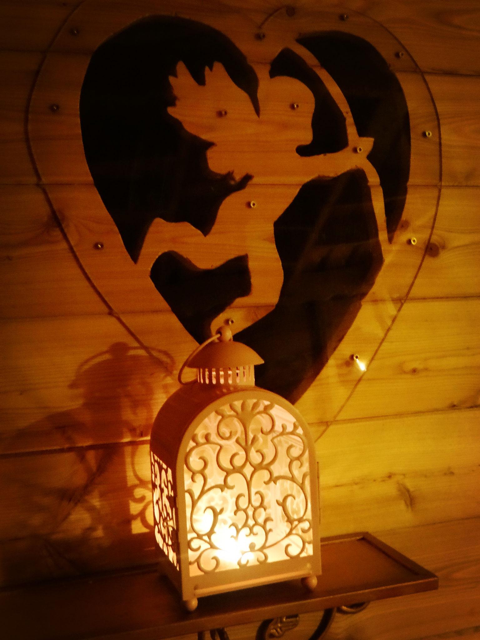 Cabane romantique dans les arbres les deux anges