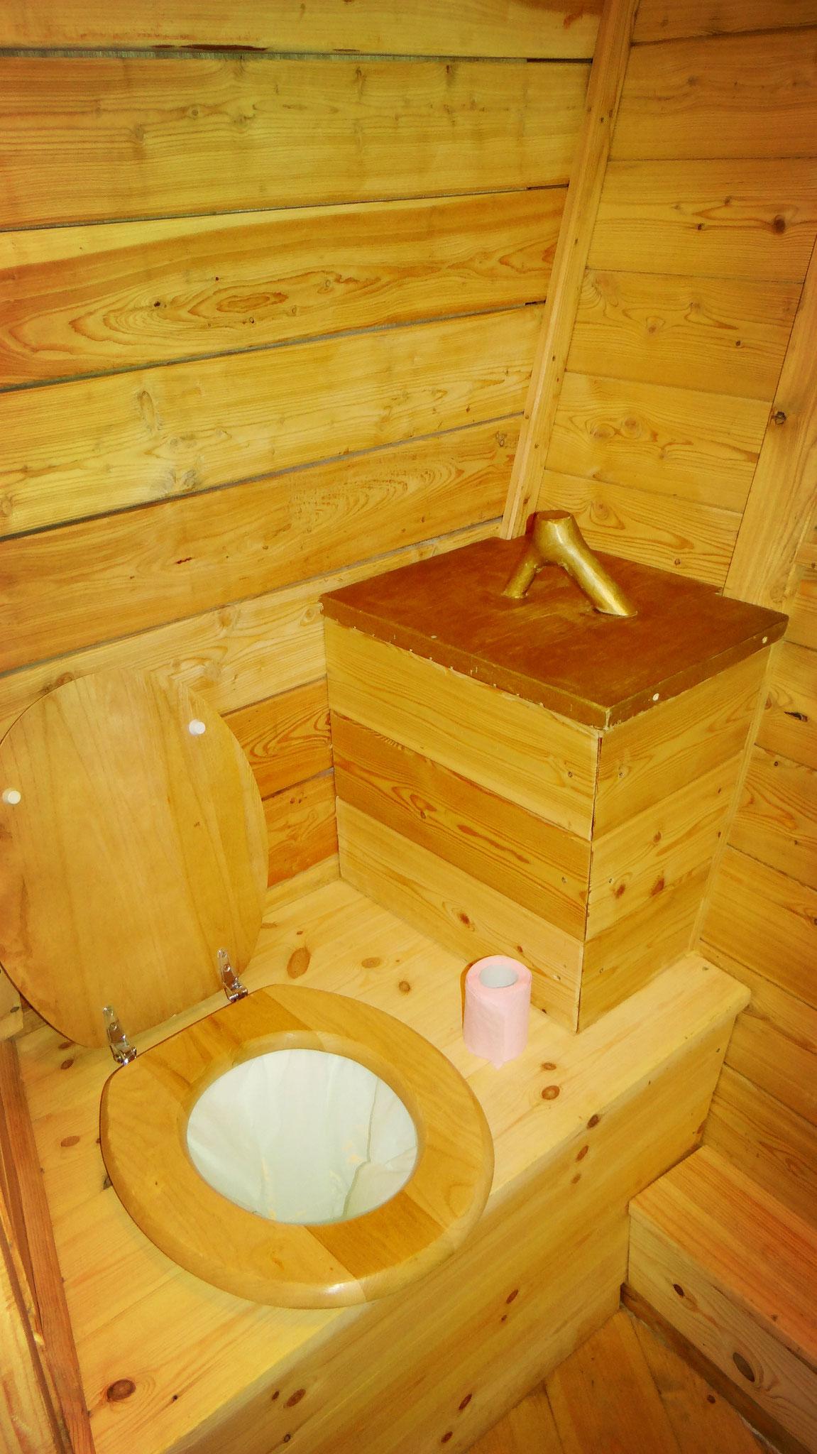 Passer une nuit dans la cabane romantique avec toilettes dans les arbres