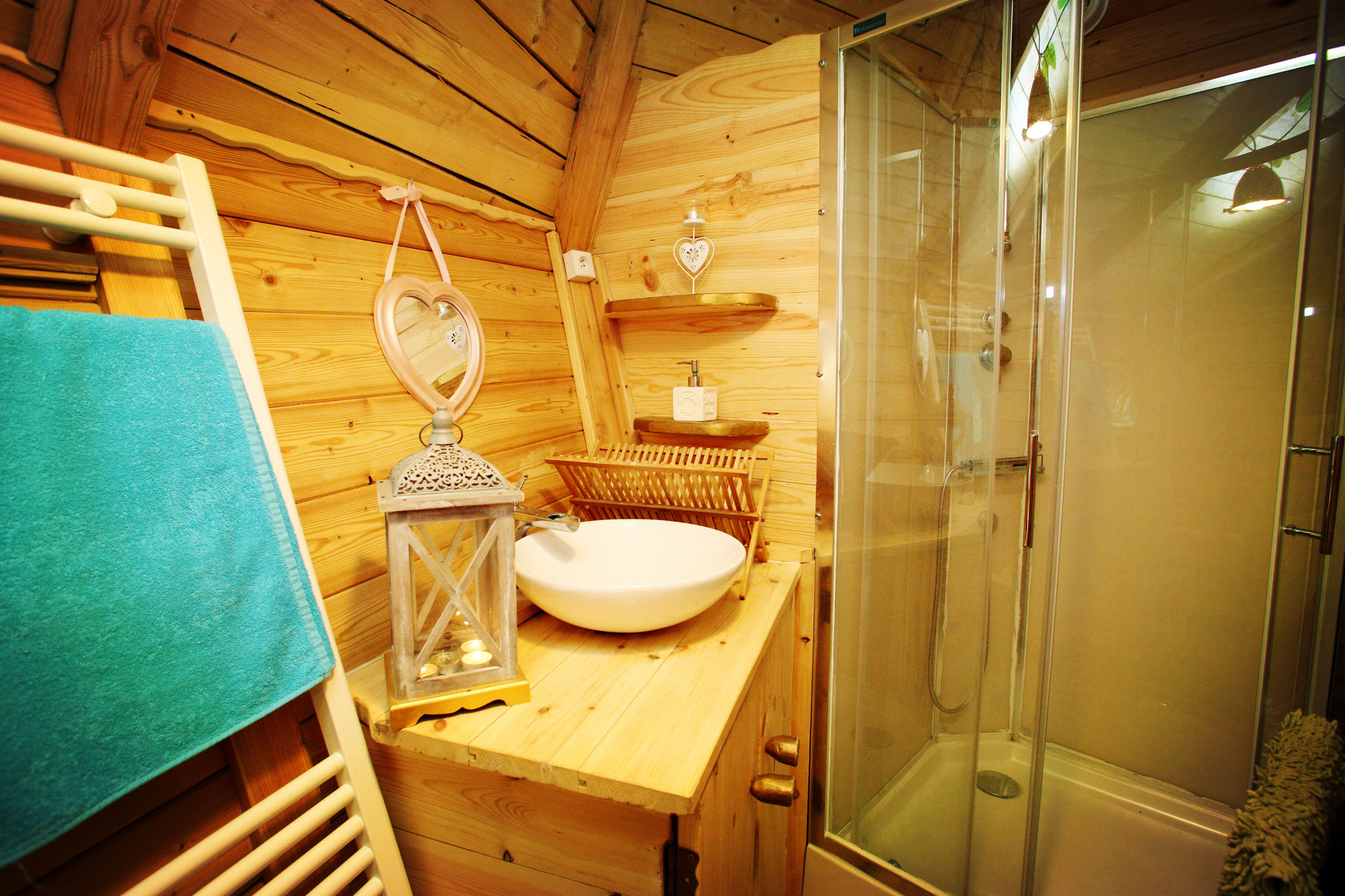 Réserver un séjour insolite dans une cabane romantique pour 4 personnes avec la douche
