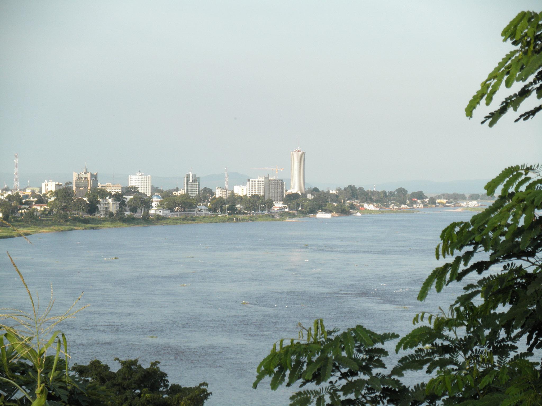 Vue sur Kinshasa, par delà le fleuve Congo